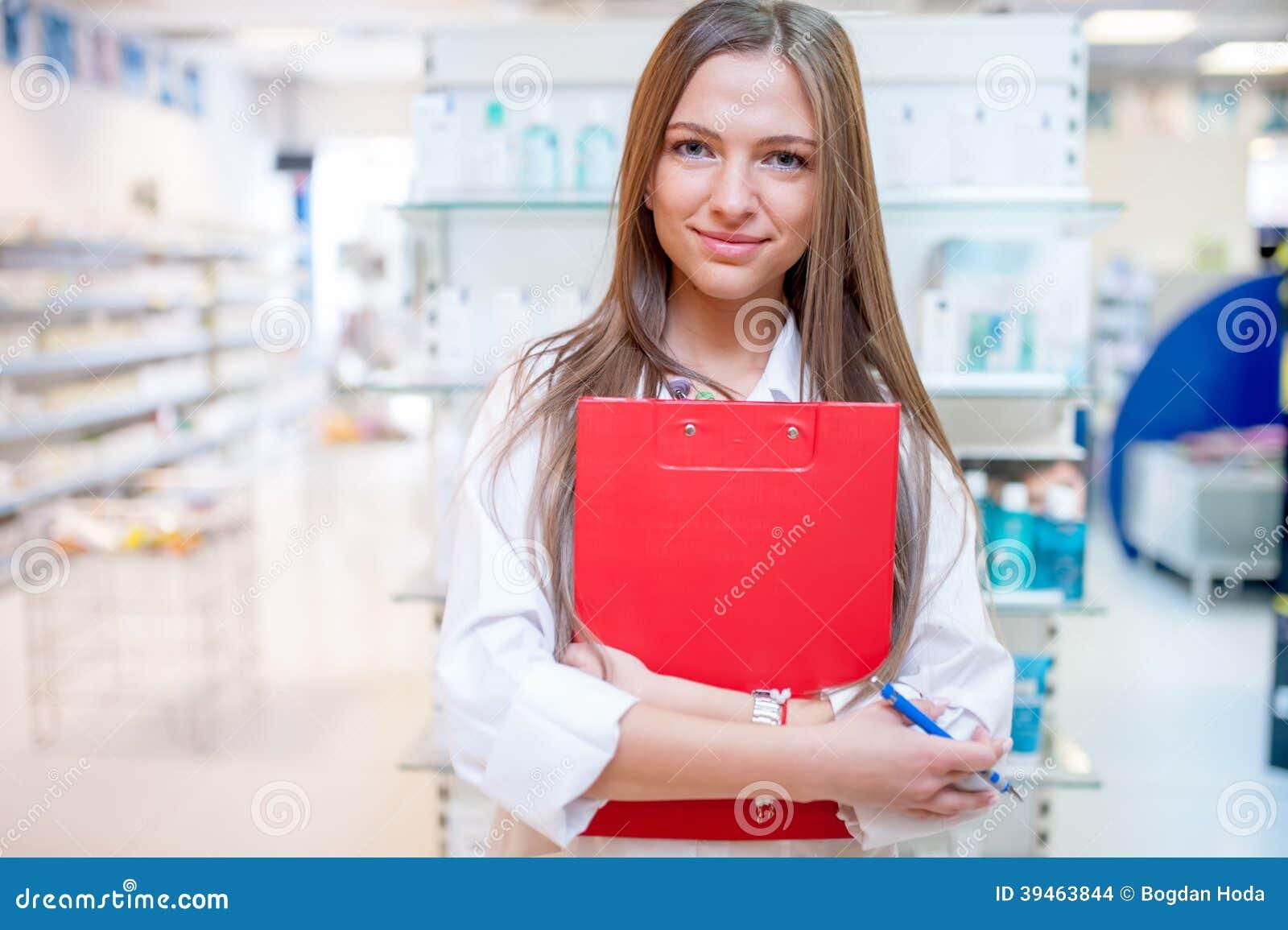Εργαζόμενος υγειονομικής περίθαλψης θηλυκών που χαμογελά στο φαρμακείο