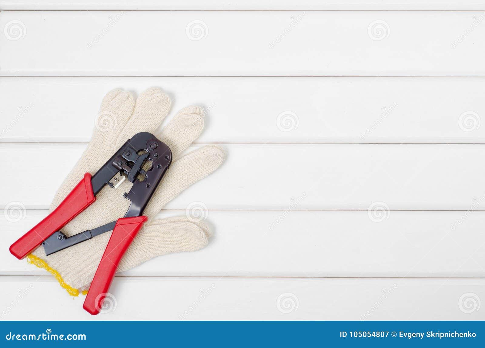 Εργαλεία σε ένα άσπρο ξύλινο υπόβαθρο