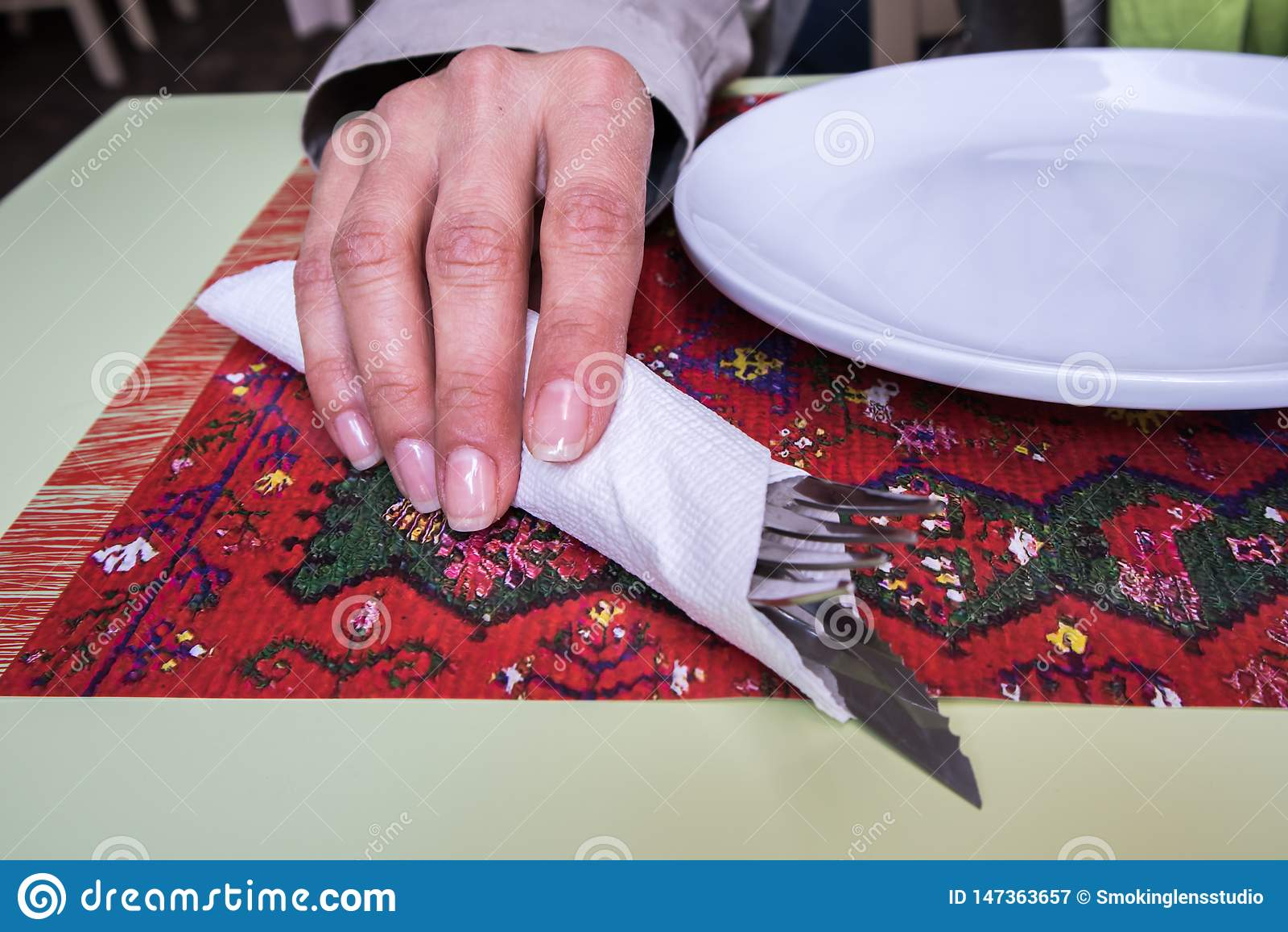 Εργαλείο εκμετάλλευσης γυναικών στο εστιατόριο