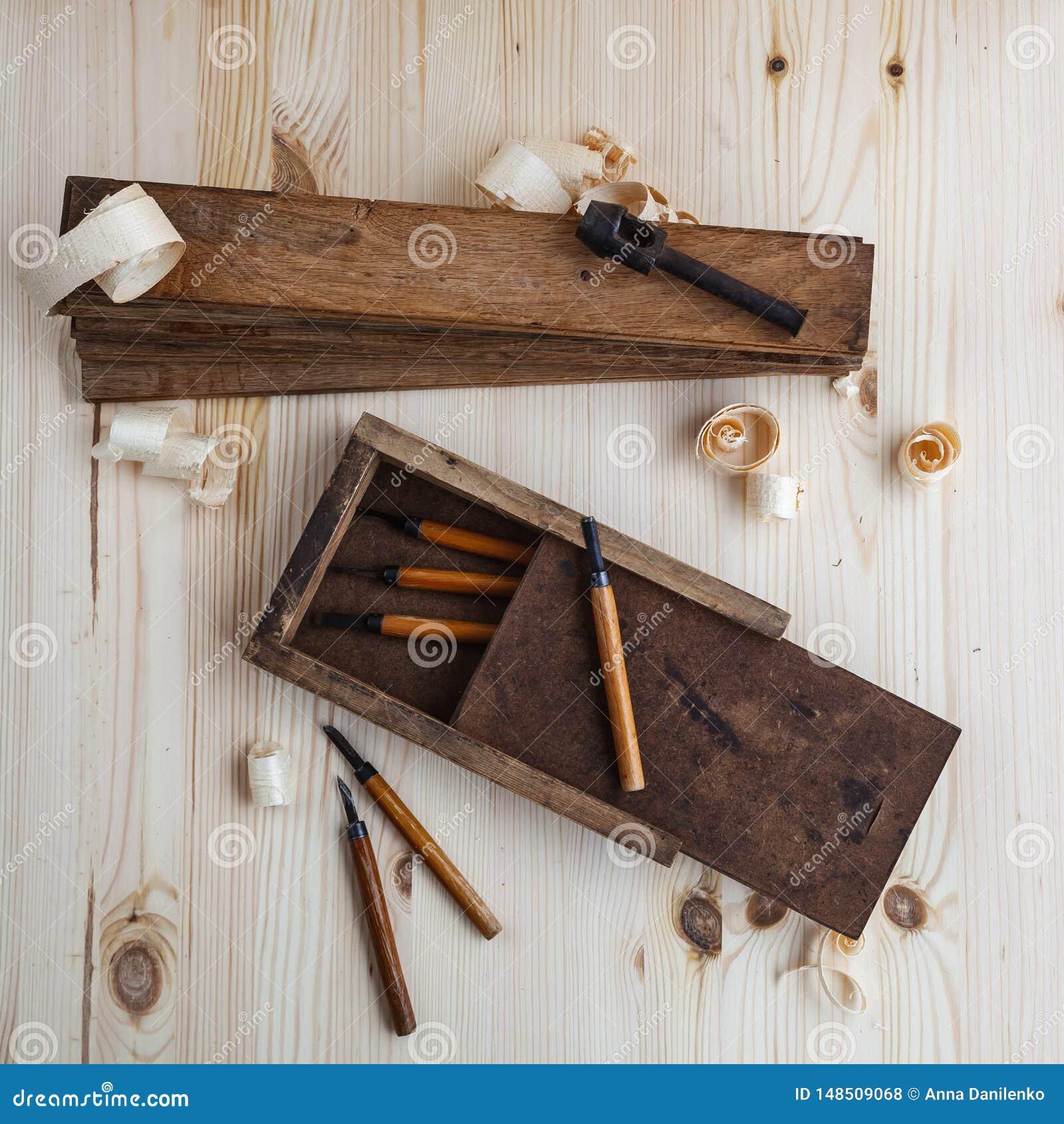 Εργαλειοθήκη με τους ξύλινους κόπτες