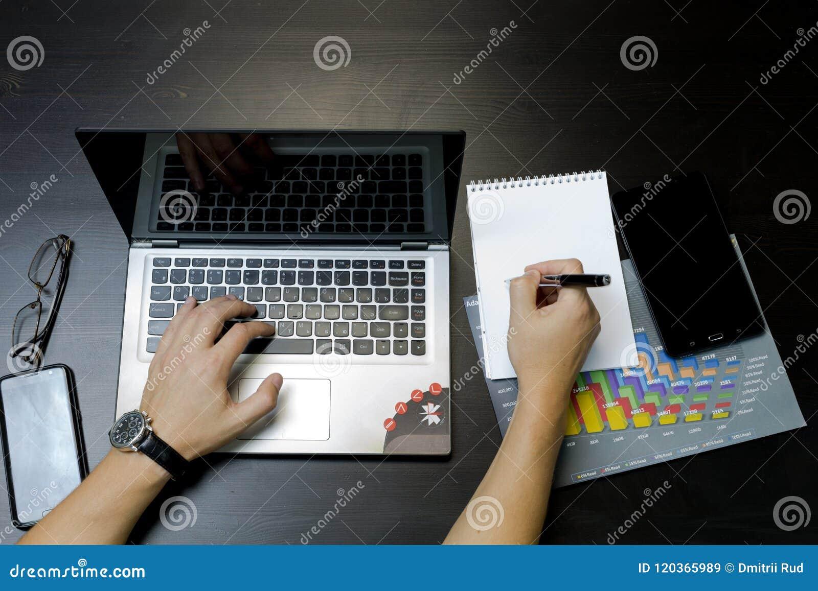 εργασία ατόμων επιχειρησιακών lap-top