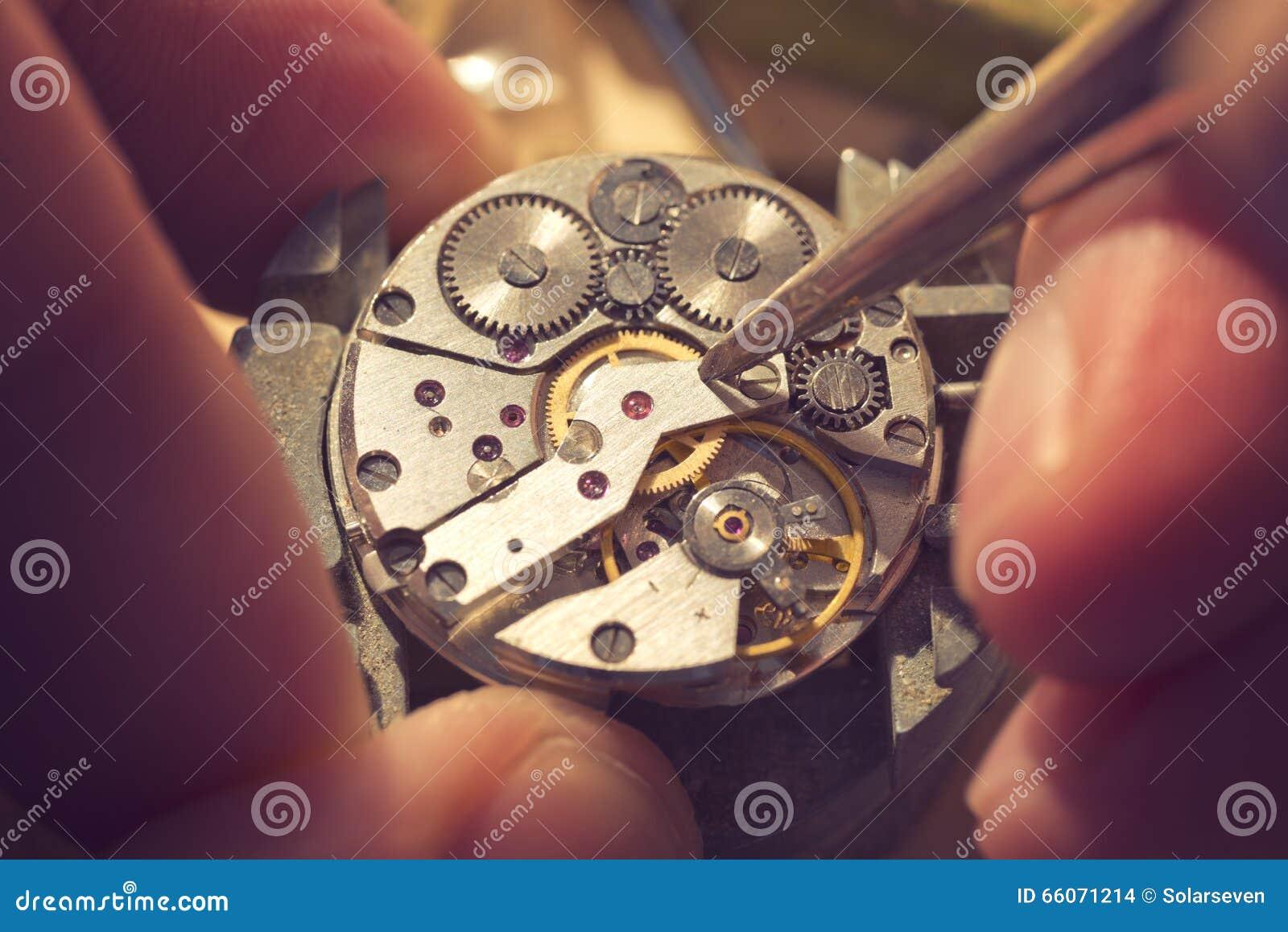 Εργασία σε ένα μηχανικό ρολόι