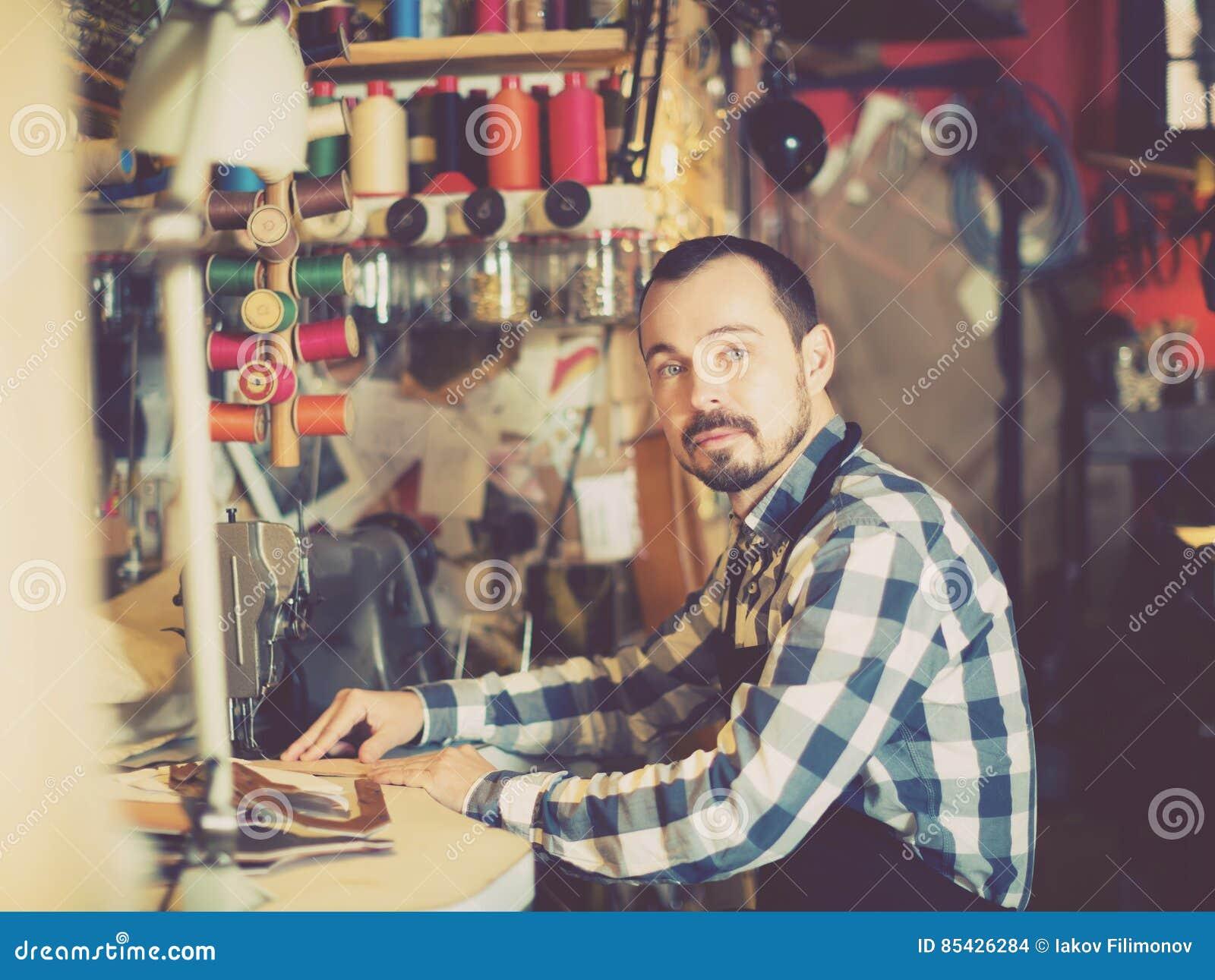 Εργατικό άτομο που εργάζεται στις βελονιές για τη ζώνη