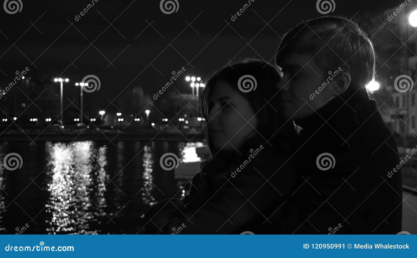 Ερωτευμένες στάσεις ζευγών ενάντια στα φω τα μιας πόλης νύχτας στην προκυμαία Καταπληκτικό γαμήλιο ζεύγος κοντά στον ποταμό τη νύ