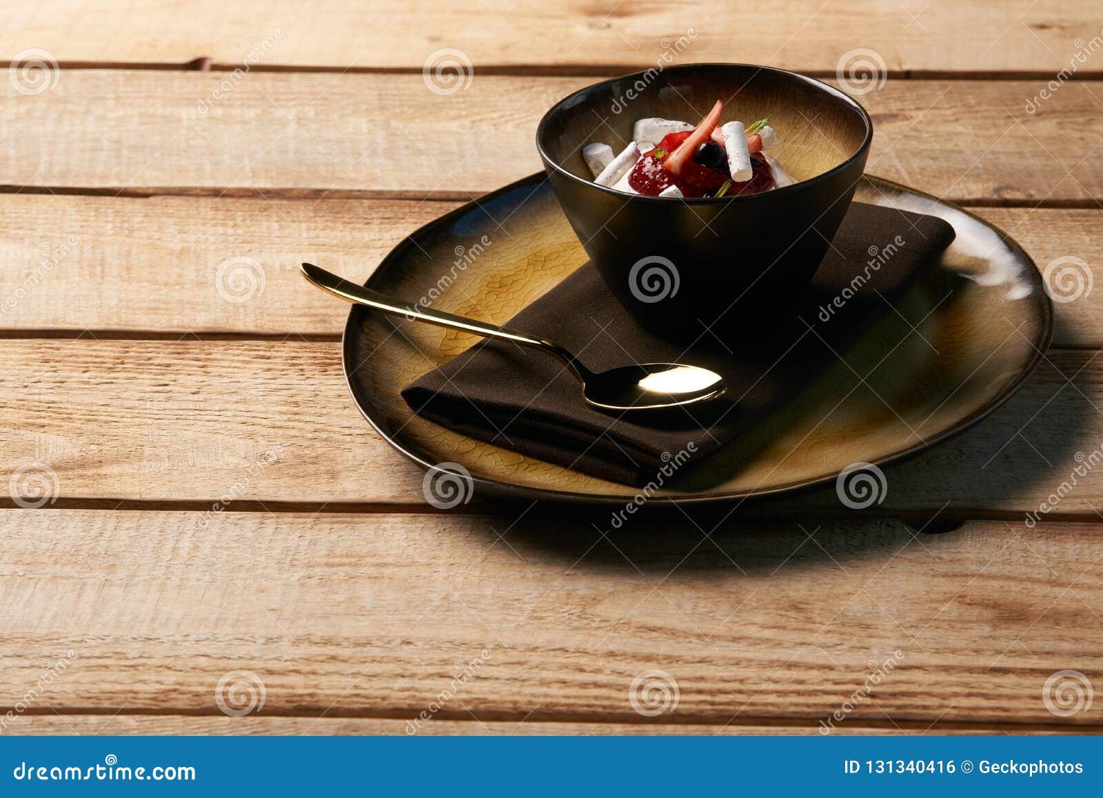 Εσθονικό γλυκό επιδόρπιο Kama με mousse γιαουρτιού, άγρια μούρα