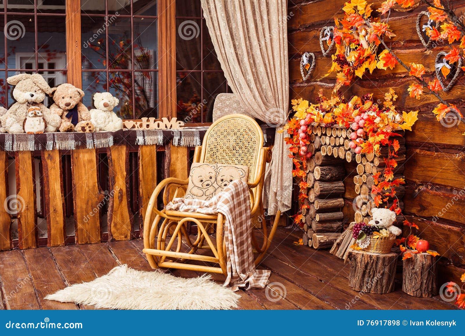 Εστία που συλλέγεται από τα κούτσουρα, την λικνίζω-καρέκλα και τις γούνες στο roo