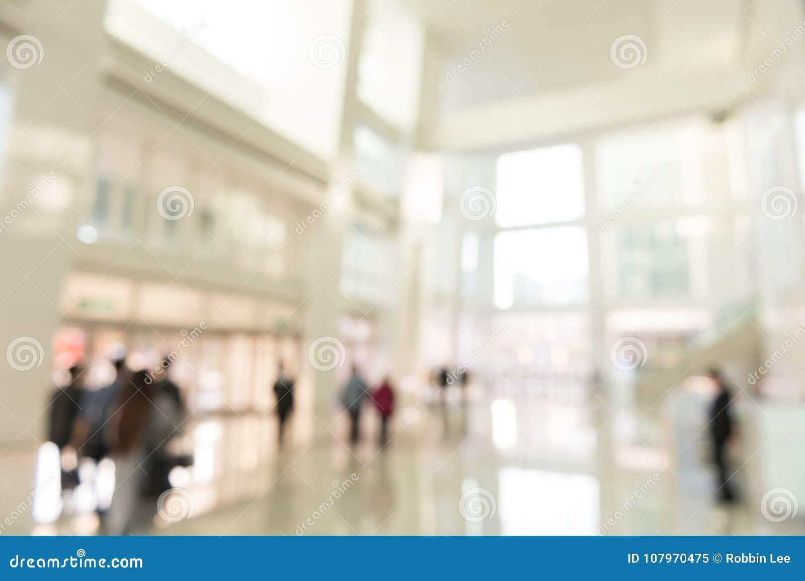 Εσωτερική άποψη υποβάθρου θαμπάδων που κοιτάζει έξω προς στις κενές πόρτες λόμπι και εισόδων γραφείων