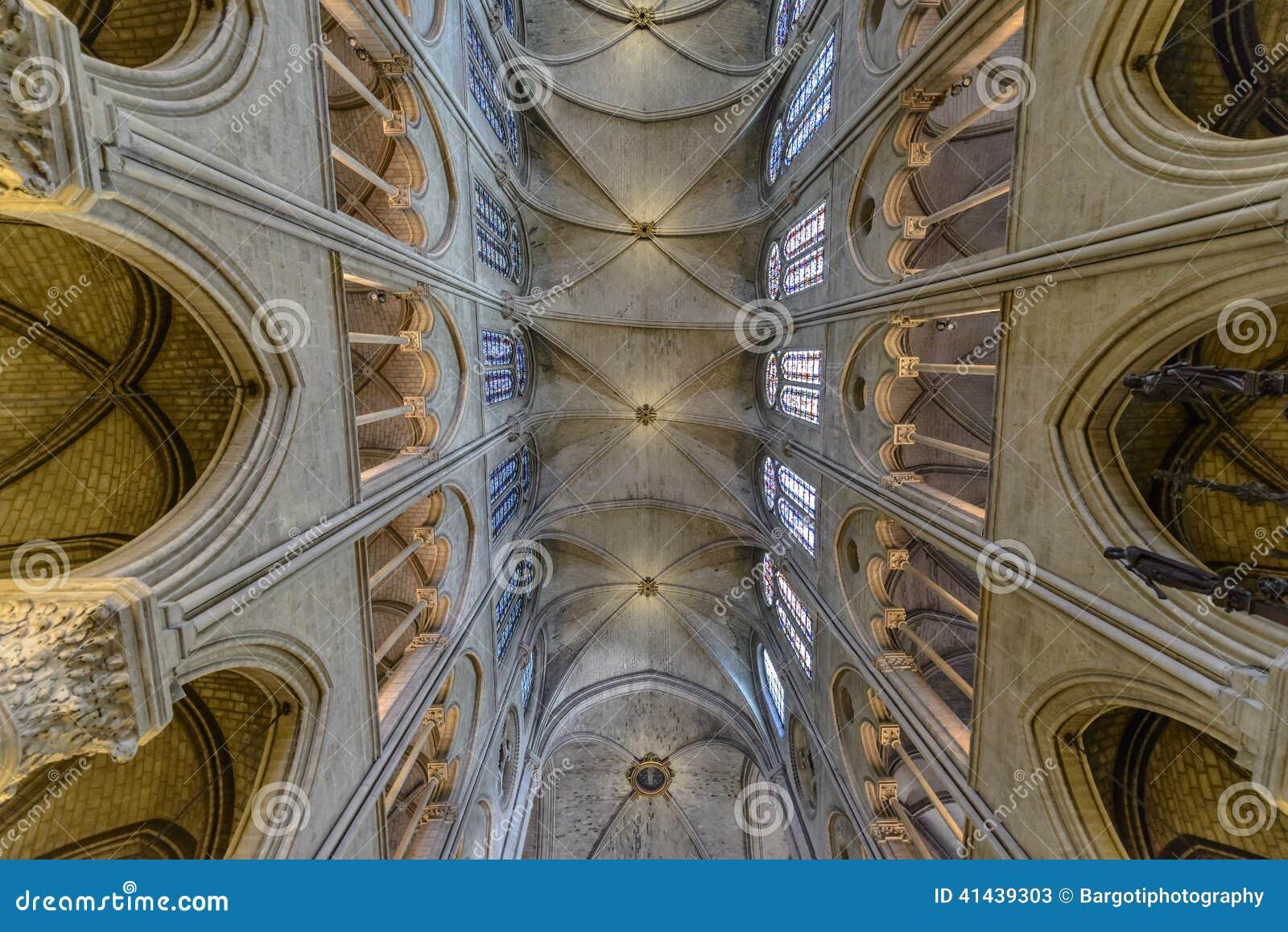 Εσωτερική αρχιτεκτονική λεπτομέρεια της notre-κυρίας