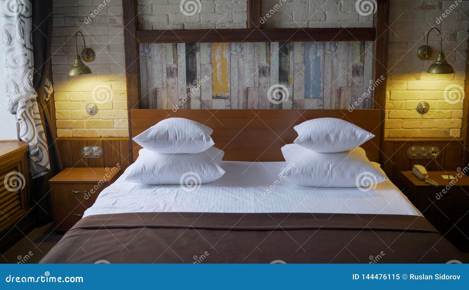 Εσωτερική λεπτομέρεια σχεδίου ενός δωματίου ξενοδοχείων πολυτελείας Κρεβάτι σε ένα δωμάτιο ξενοδοχείου