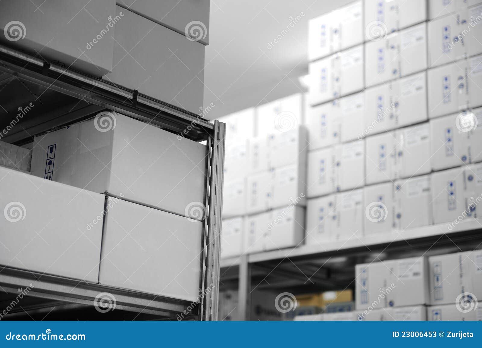 εσωτερική σύγχρονη αποθήκη εμπορευμάτων