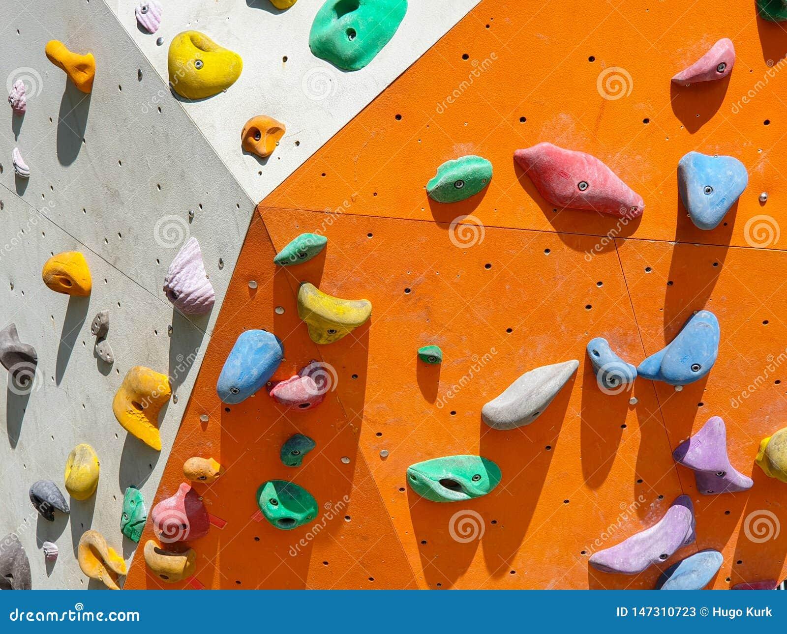 Εσωτερικός και υπαίθριος αθλητισμός που αναρριχείται στον τοίχο πετρών