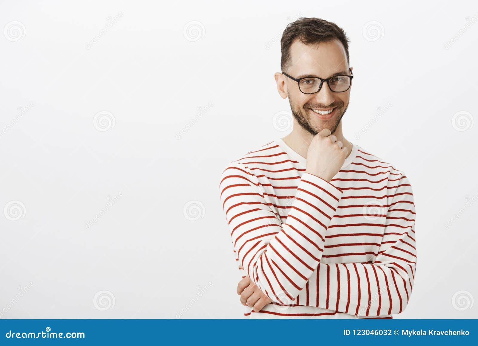 Εσωτερικός πυροβολισμός του εύθυμου όμορφου ομοφυλοφιλικού τύπου στα μαύρα γυαλιά, χαμογελώντας με τη ραδιουργημένη έκφραση, που