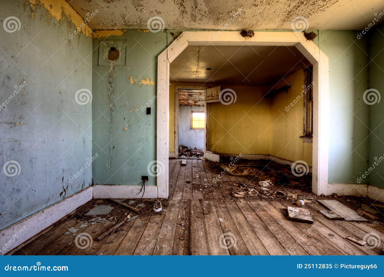 Εσωτερικό εγκαταλειμμένο λιβάδι σπιτιών