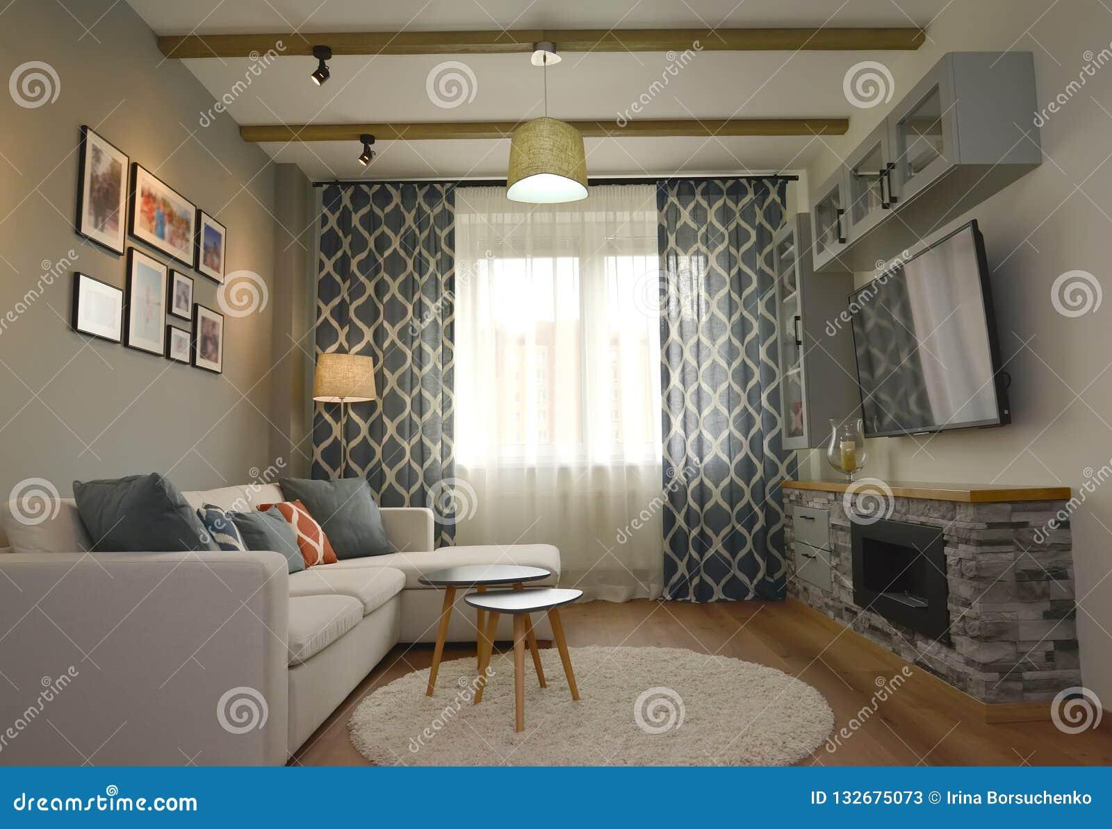 Εσωτερικό καθιστικών με μια εστία τοίχων Σκανδιναβικό ύφος