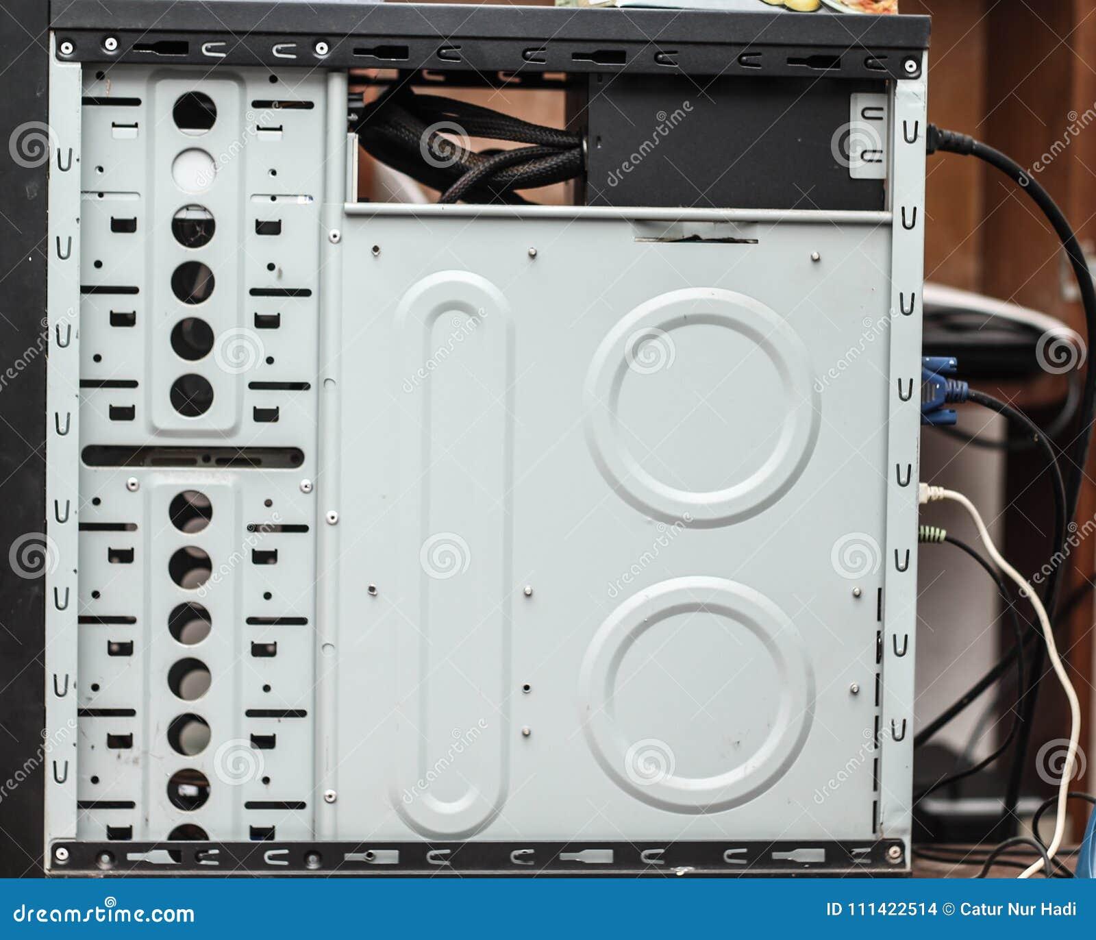 Εσωτερικό μέρος του περιβλήματος υπολογιστών Θέσεις για την εγκατάσταση των σκληρών δίσκων και των στερεάς κατάστασης κινήσεων στ