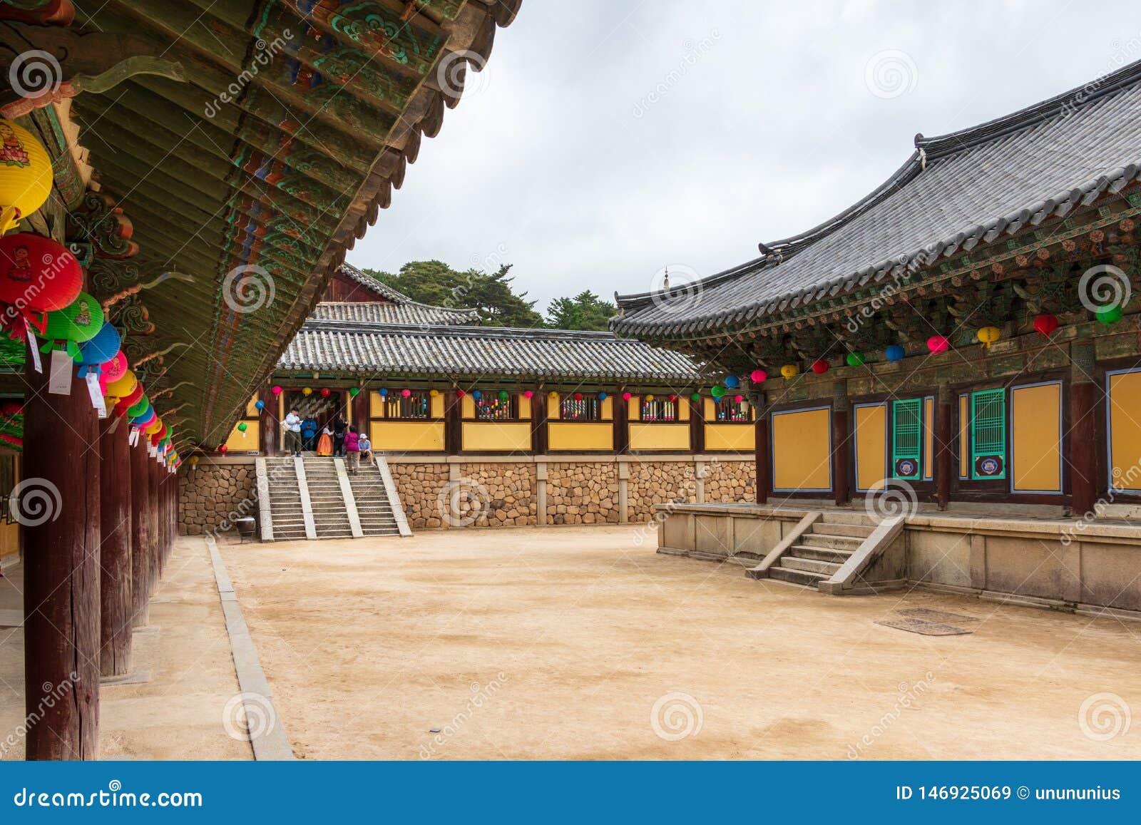 Εσωτερικό πανόραμα του κορεατικού buddhistic ναού Bulguksa με πολλά φανάρια για να γιορτάσει τα γενέθλια buddhas μια σαφή ημέρα r