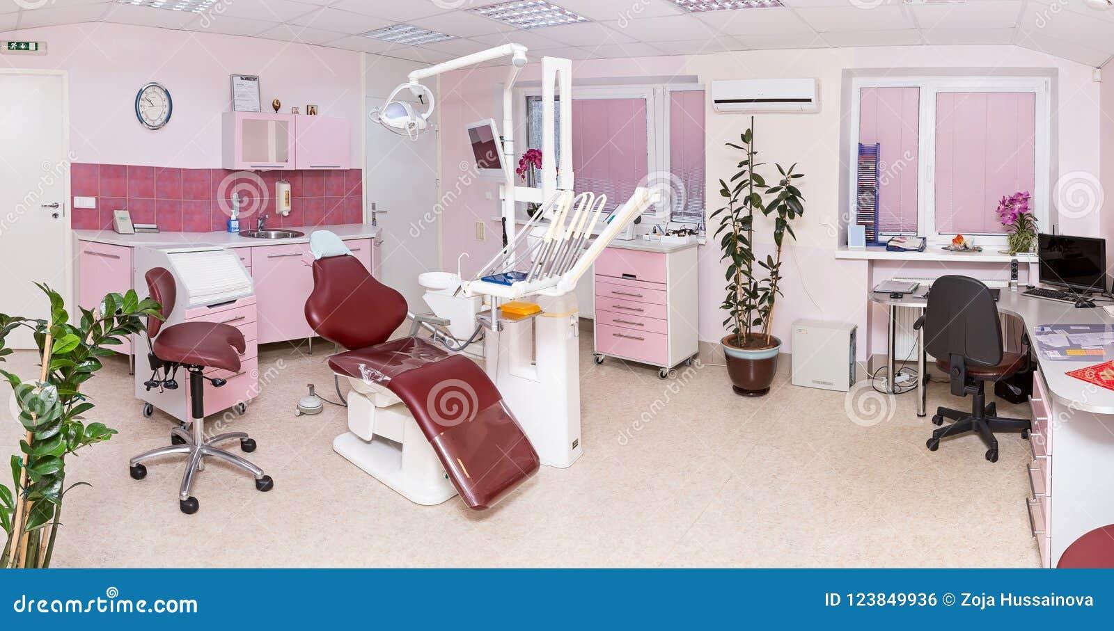 Εσωτερικό στοματολογίας της σύγχρονης οδοντικής κλινικής με τον επαγγελματία