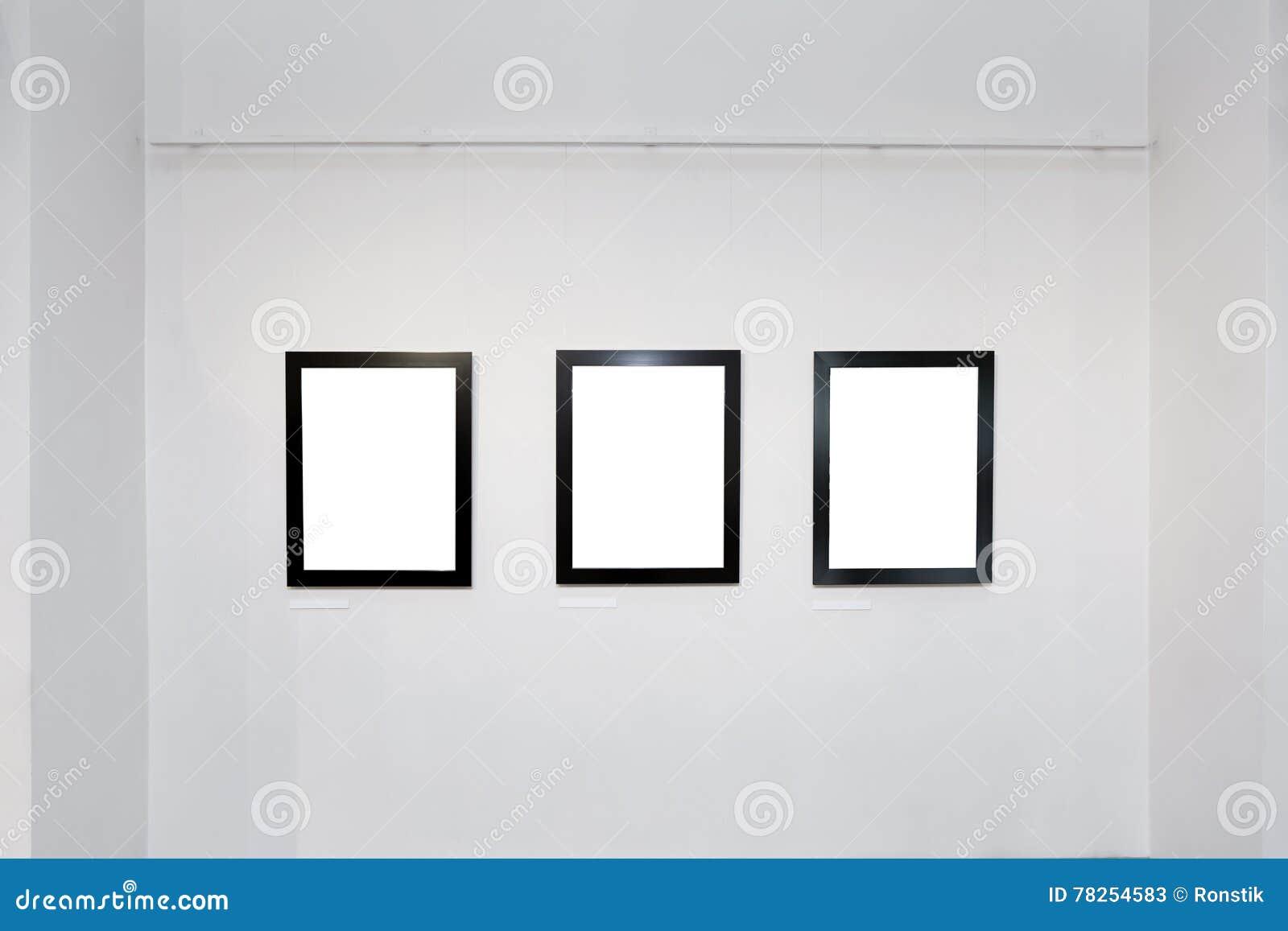 Εσωτερικό στοών έκθεσης με τα κενά πλαίσια στον τοίχο