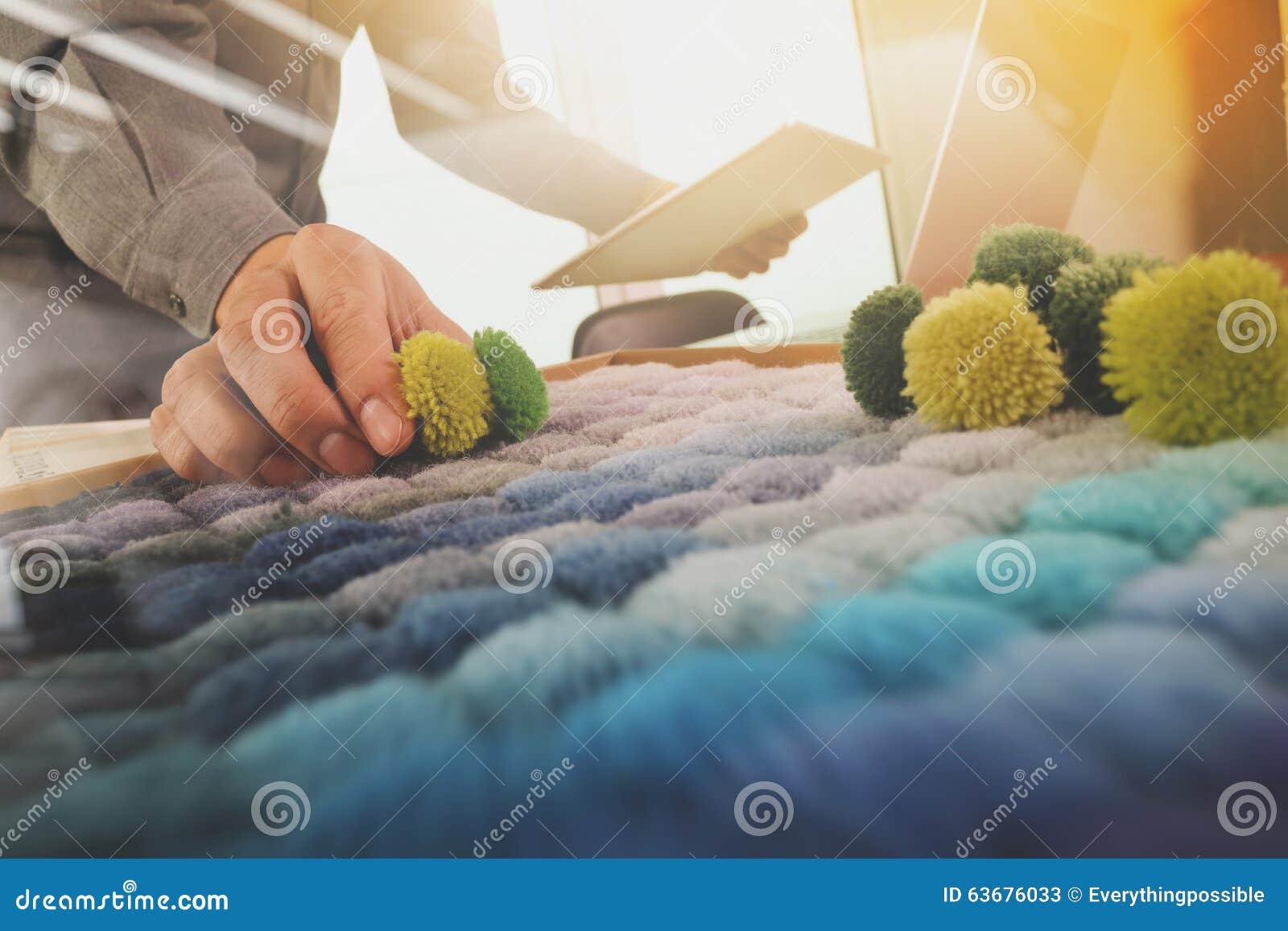 Εσωτερικό χέρι σχεδιαστών που επιλέγει το δείγμα ταπήτων