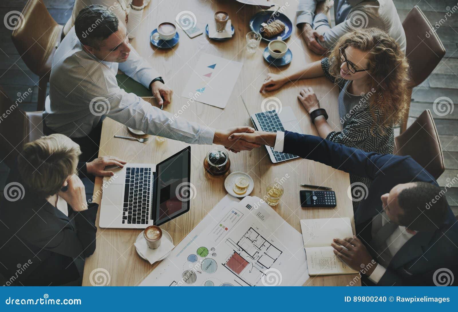 Εταιρική έξυπνη έννοια επιχειρησιακού  brainstorming  ανάλυσης