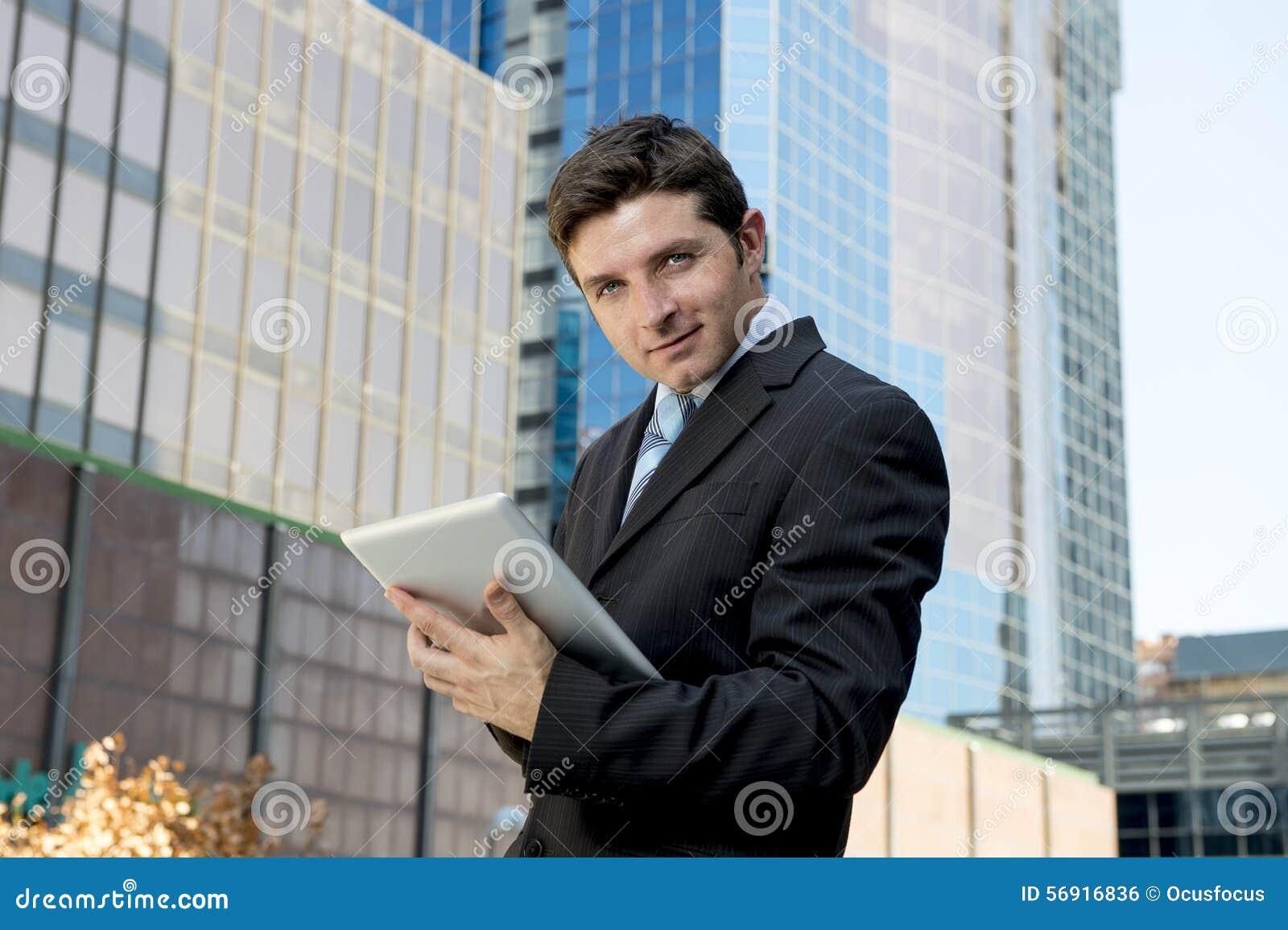 Εταιρικός νέος επιχειρηματίας πορτρέτου που εργάζεται με την ψηφιακή ταμπλέτα υπαίθρια