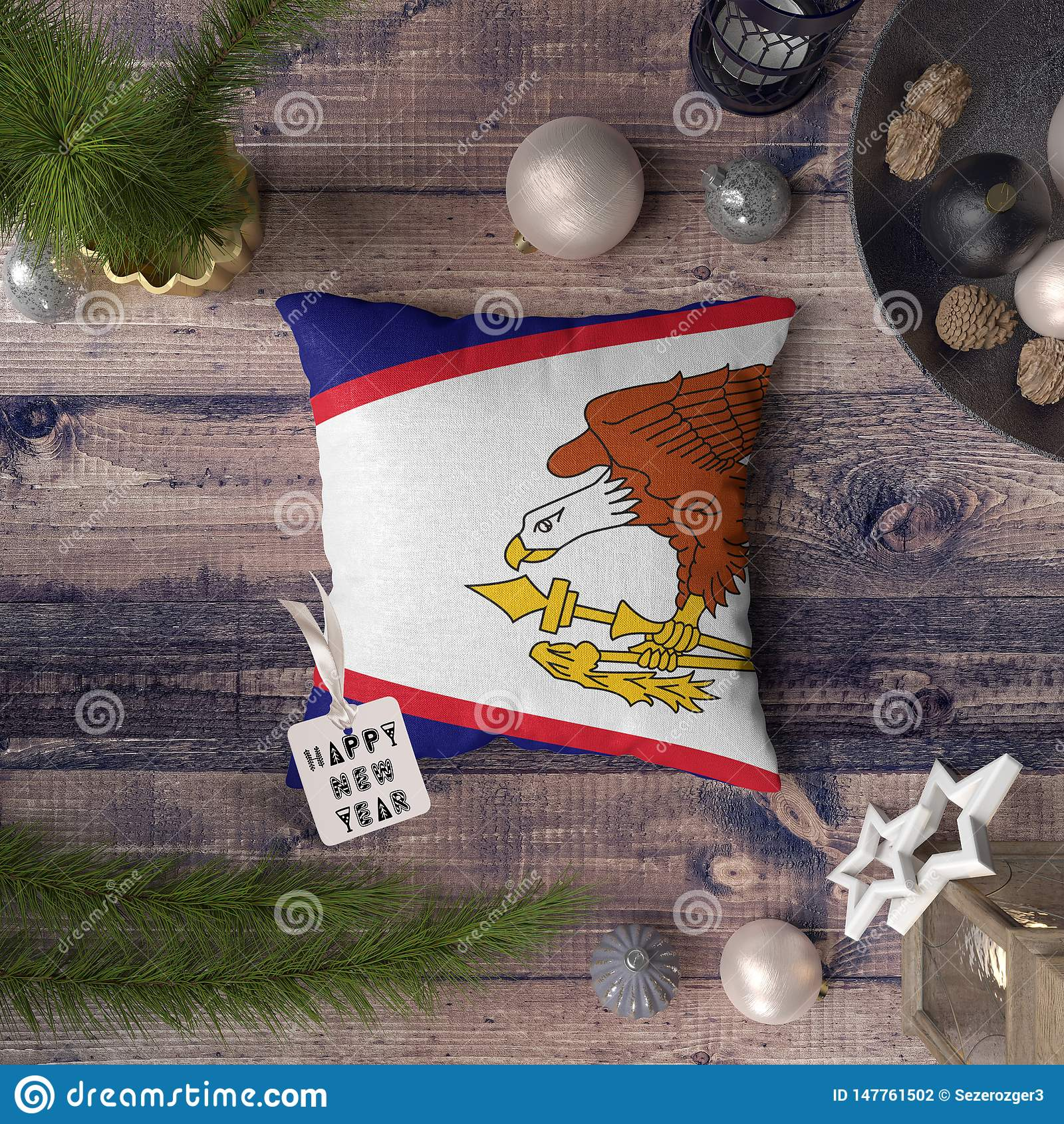Ετικέττα καλής χρονιάς με την αμερικανική σημαία της Σαμόα στο μαξιλάρι Έννοια διακοσμήσεων Χριστουγέννων στον ξύλινο πίνακα με τ