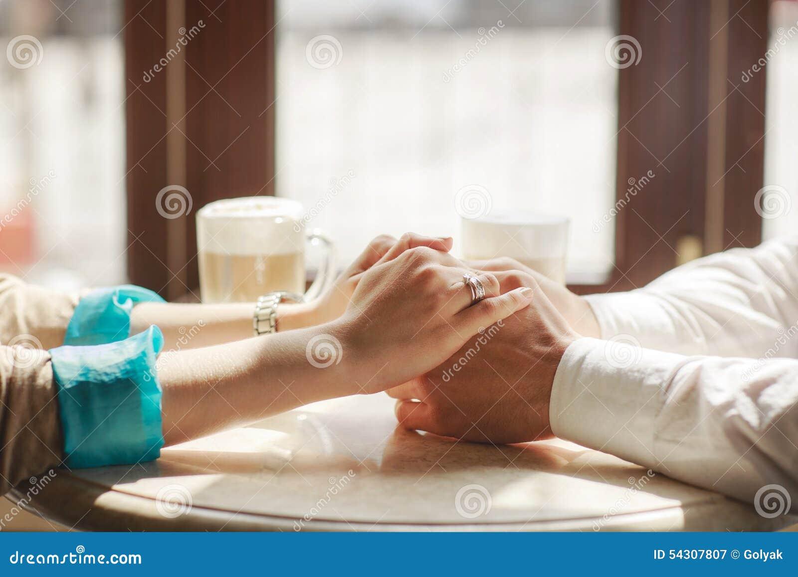 Ευγενή χέρια της γυναίκας στα χέρια των ανδρών