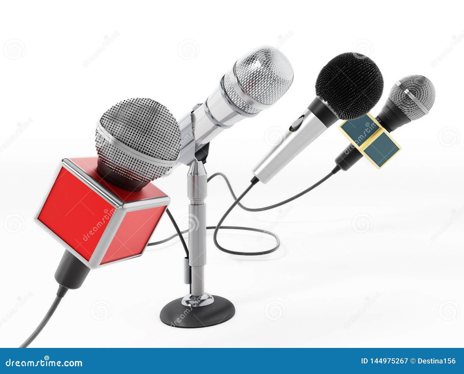 Ευθυγραμμισμένα μικρόφωνα ειδήσεων που απομονώνονται στο άσπρο υπόβαθρο r