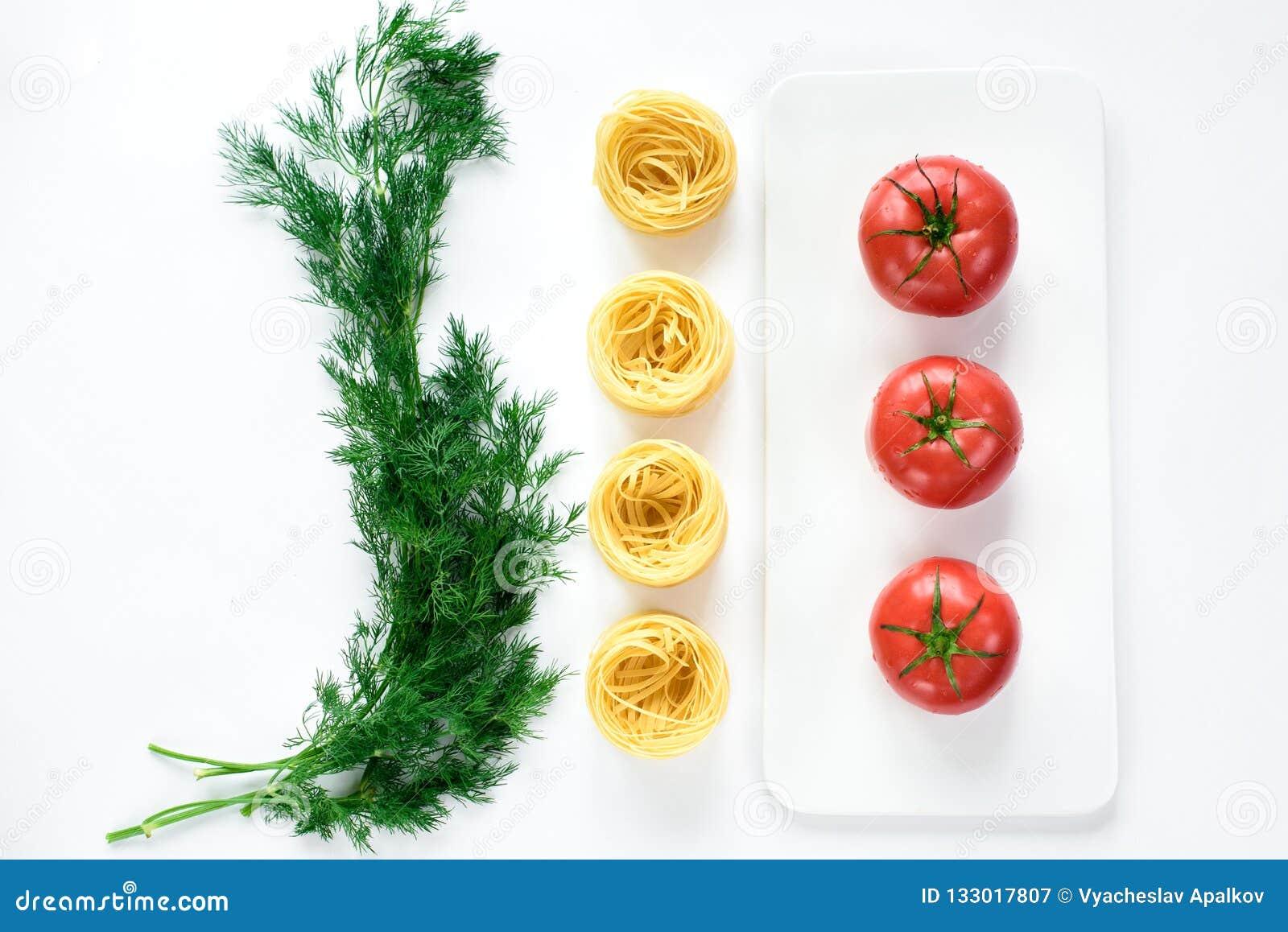 Ευθυγραμμισμένη αντίθεση των κόκκινων ντοματών σε ένα πιάτο