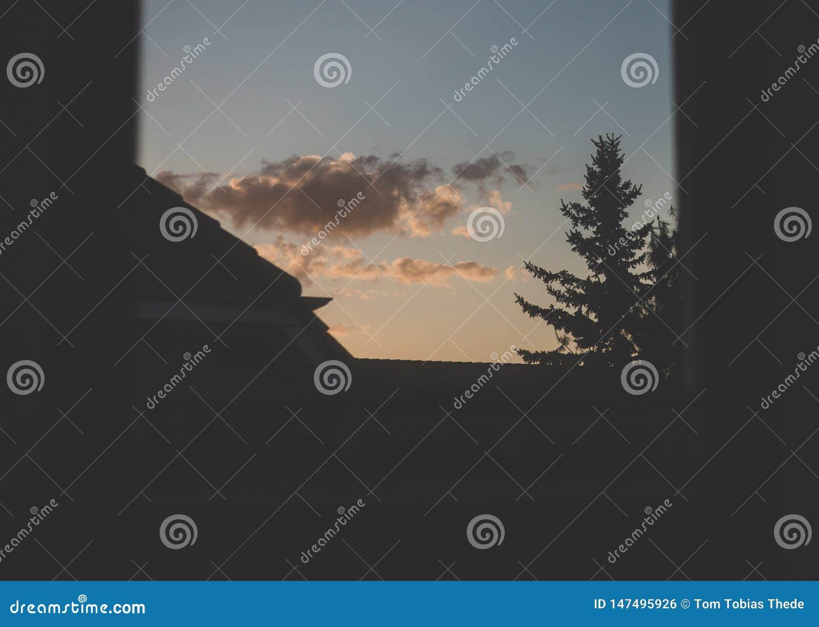 Ευμετάβλητο ηλιοβασίλεμα από το παράθυρο