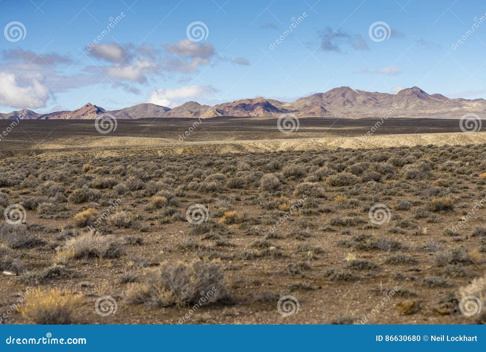 Ευρέως ανοίξτε το κενό τοπίο ερήμων στη Νεβάδα κατά τη διάρκεια του χειμώνα με τους μπλε ουρανούς και τα σύννεφα
