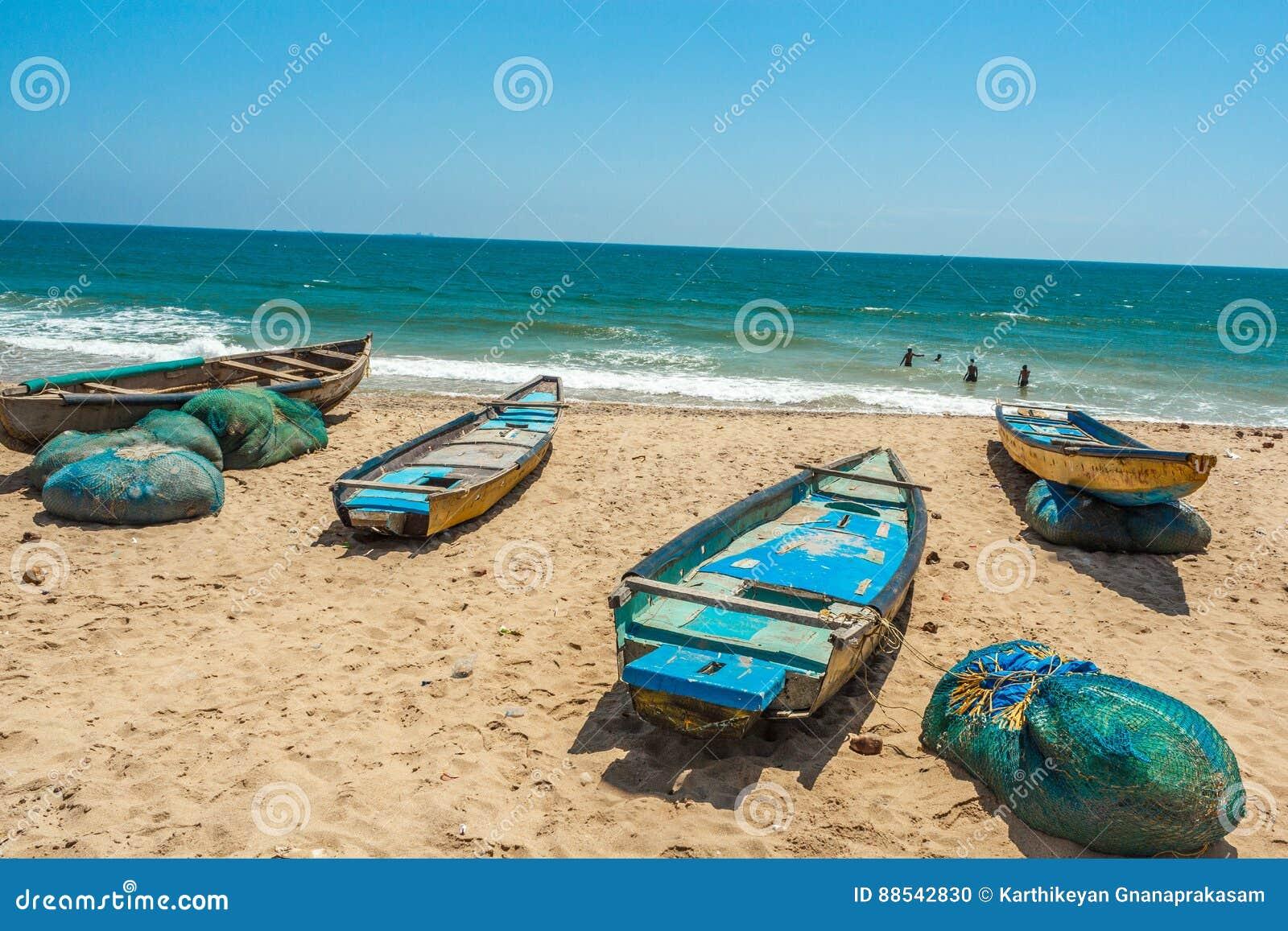 Ευρεία άποψη της ομάδας αλιευτικών σκαφών που σταθμεύουν στην ακτή με τους ανθρώπους στο υπόβαθρο, Visakhapatnam, Άντρα Πραντές,