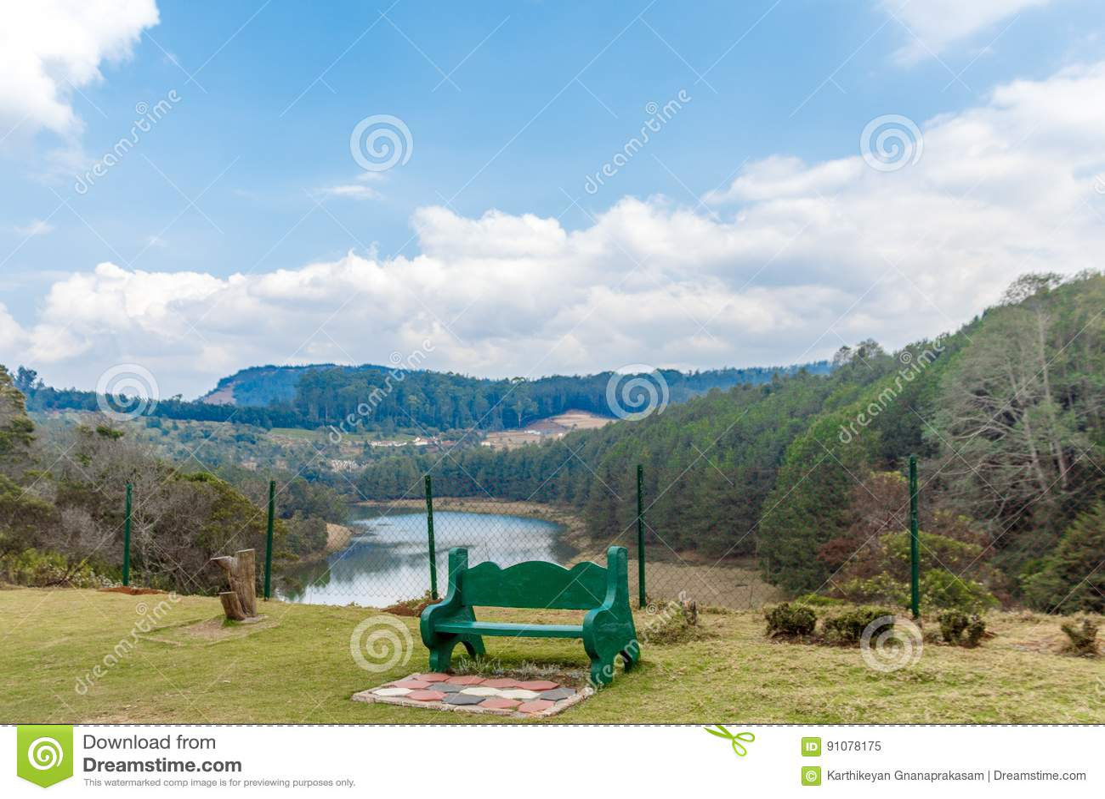 Ευρεία άποψη της σμαραγδένιας λίμνης