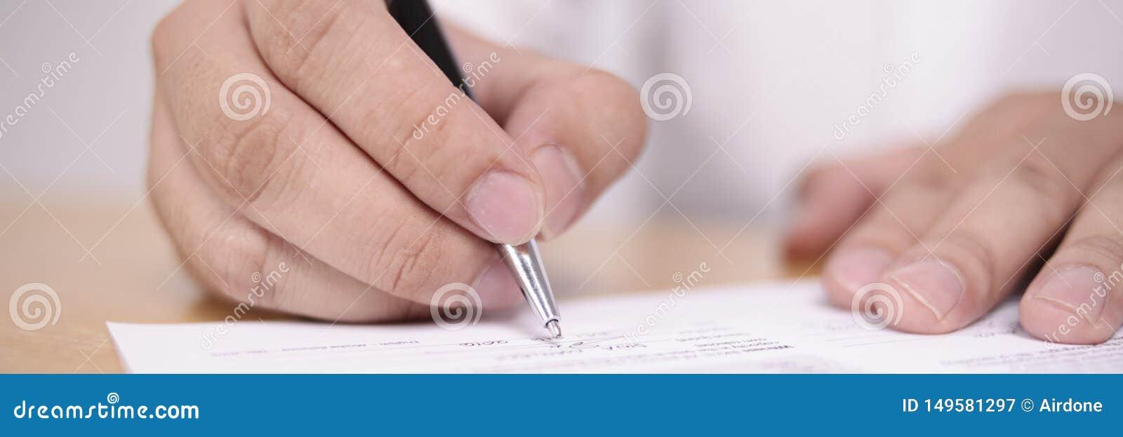 Ευρεία άποψη του επιχειρηματία που υπογράφει τη σύμβαση