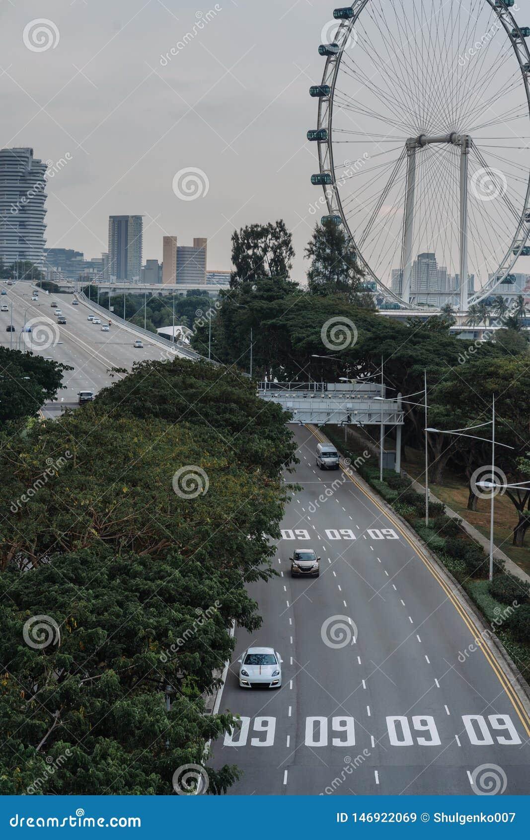 Ευρεία ασιατική μητρόπολη αστικών αυτοκινητόδρομων Σύγχρονες κτήρια και δομές r Εθνική οδός στο πυκνό τροπικό δάσος