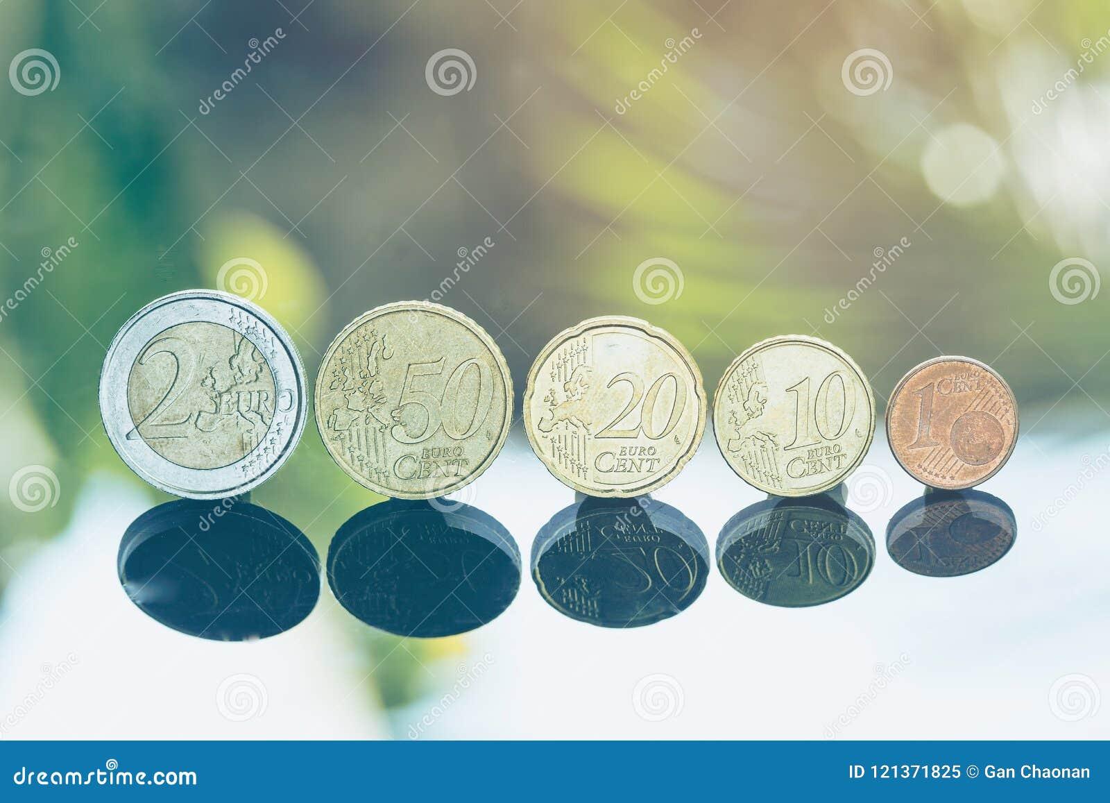 Ευρο- νομίσματα που συσσωρεύονται ο ένας στον άλλο στις διαφορετικές θέσεις για την οικονομική έννοια επένδυσης
