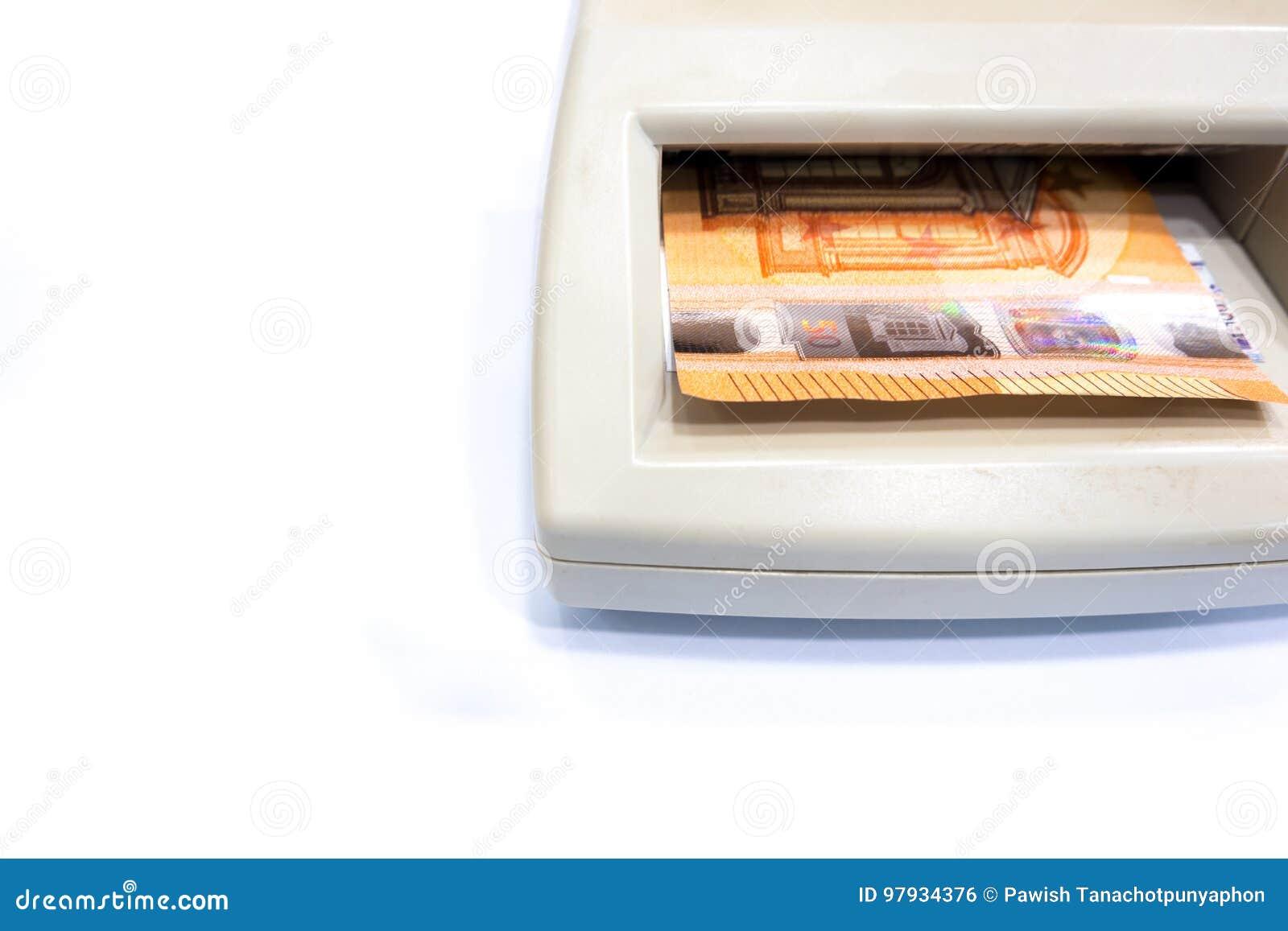 Ευρο- τραπεζογραμμάτιο πενήντα στον αυτόματο πλαστό ανιχνευτή χρημάτων στο W