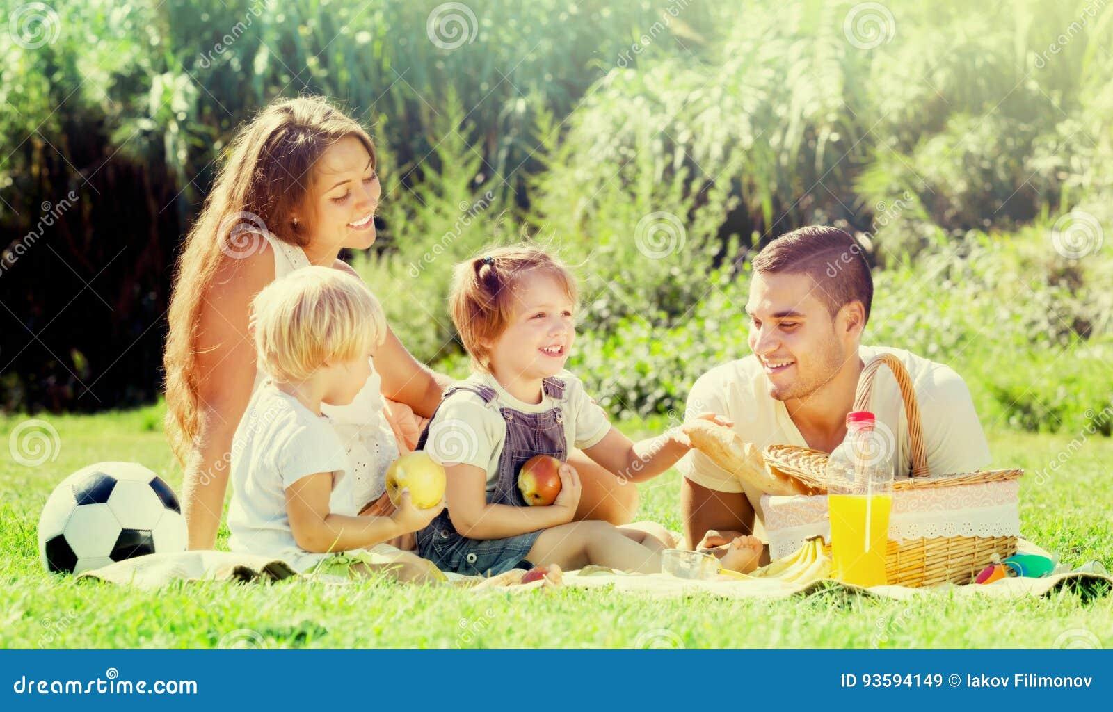 Ευρωπαϊκά παιδιά familywith που έχουν το πικ-νίκ
