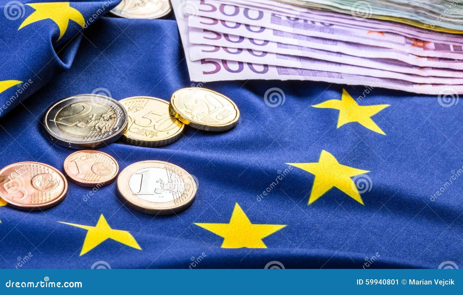 Ευρωπαϊκή σημαία και ευρο- χρήματα Ευρωπαϊκό νόμισμα νομισμάτων και τραπεζογραμματίων που τοποθετούνται ελεύθερα στην ΕΥΡ