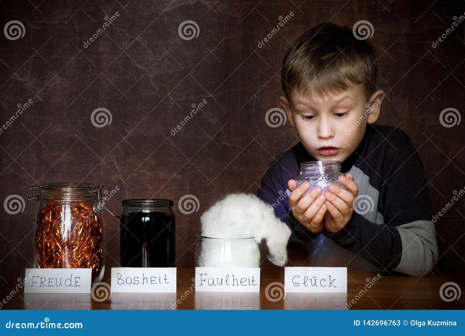 Ευρωπαϊκό αγόρι εμφάνισης Στα βάζα δίπλα σε τον χαρά, θυμός, τεμπελιά Στα χέρια ενός παιδιού ένα βάζο της ευτυχίας