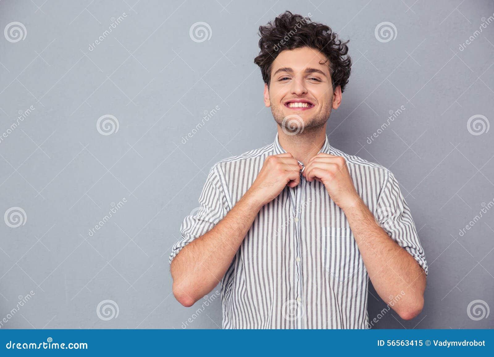 Download Ευτυχές άτομο που κουμπώνει το πουκάμισο Στοκ Εικόνα - εικόνα από σγουρός, γκρίζος: 56563415