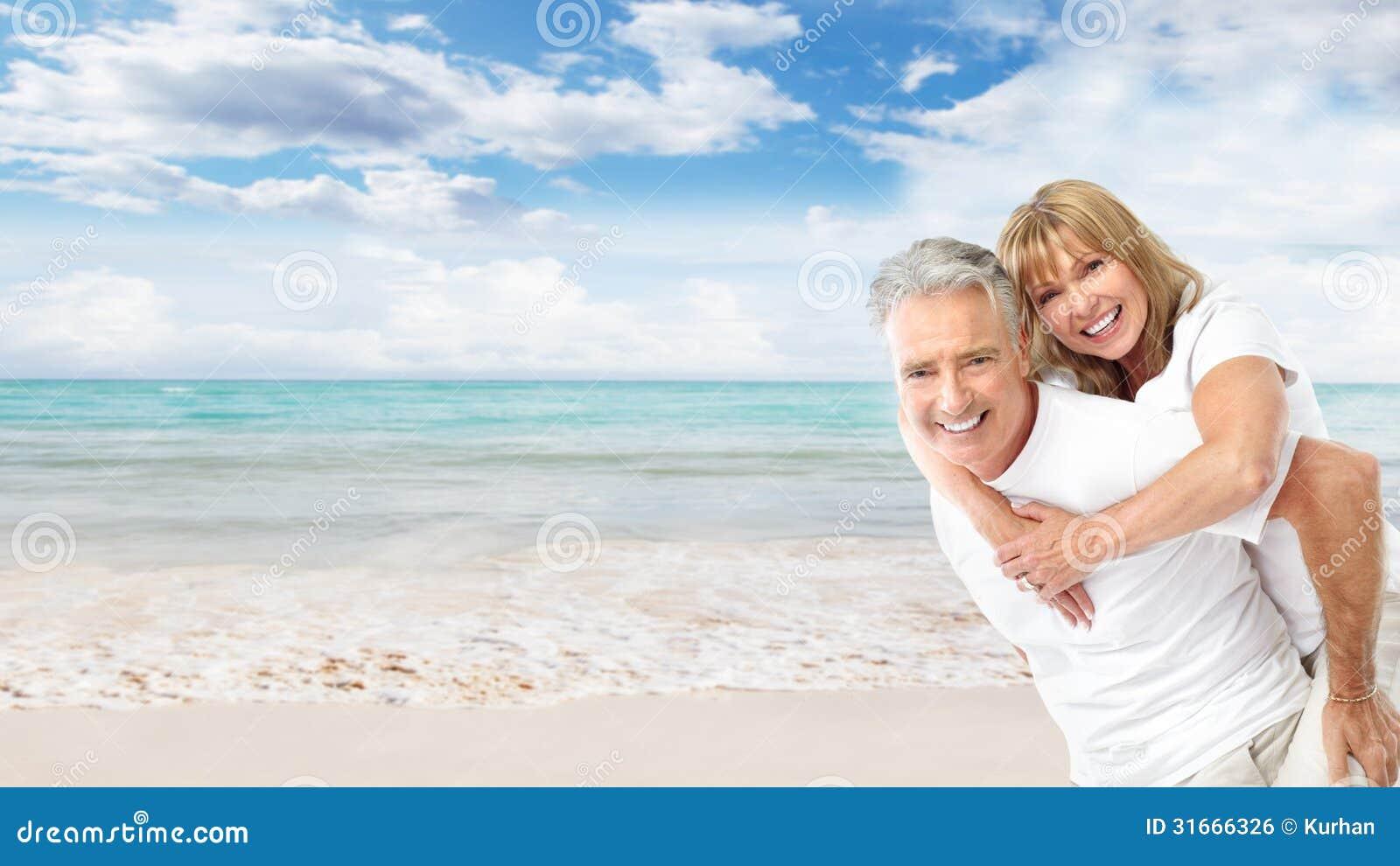 Ευτυχές ανώτερο ζεύγος στην παραλία.