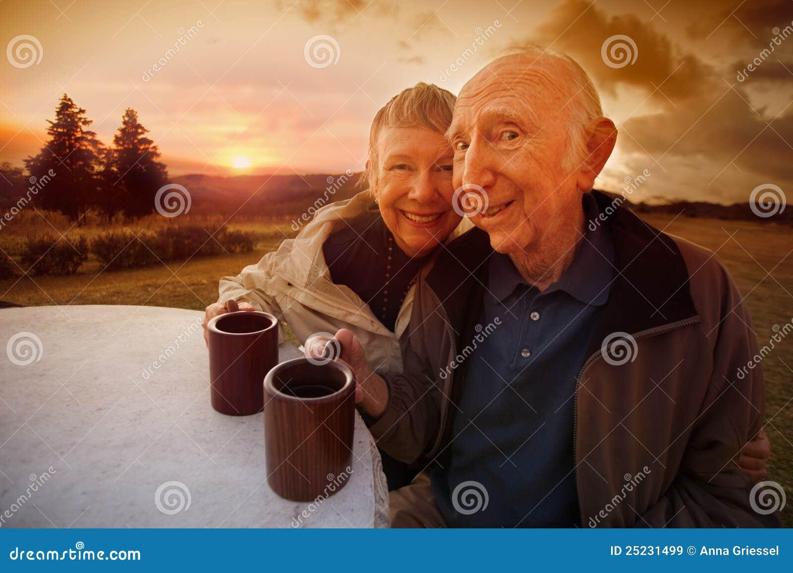 Ευτυχές ανώτερο ζεύγος στο ηλιοβασίλεμα