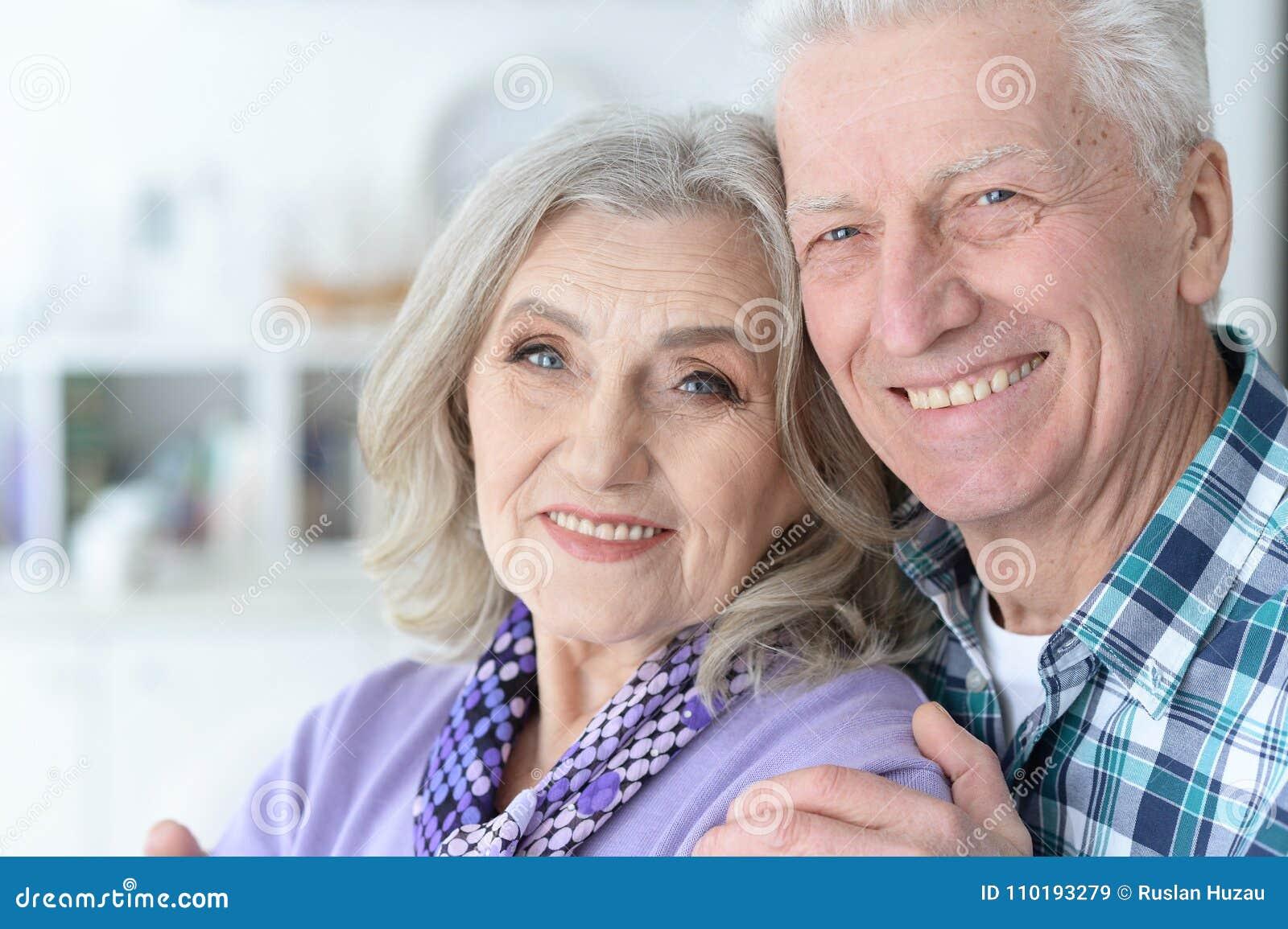 Ευτυχές ανώτερο ζεύγος στο σπίτι