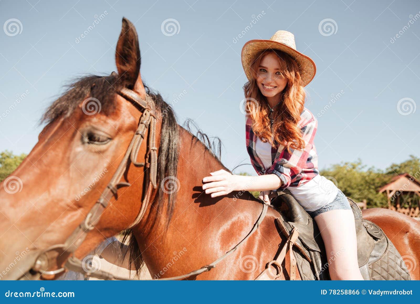 Ευτυχές αρκετά νέο άλογο οδήγησης γυναικών cowgirl