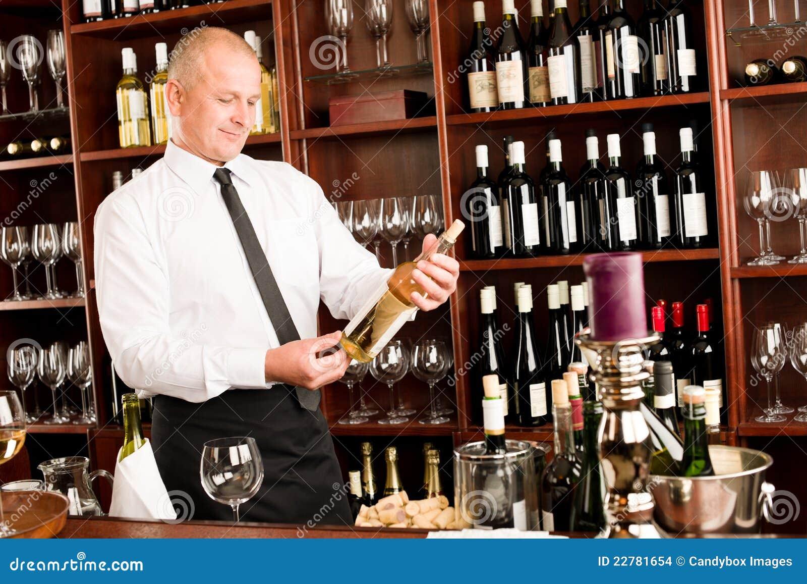 Ευτυχές αρσενικό σερβιτόρων ράβδων κρασιού στο εστιατόριο