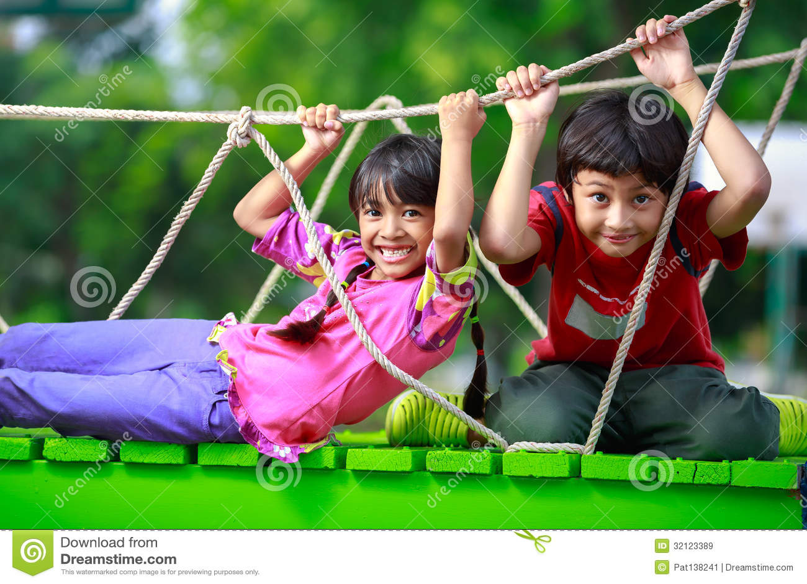 Ευτυχές ασιατικό παιχνίδι παιδιών