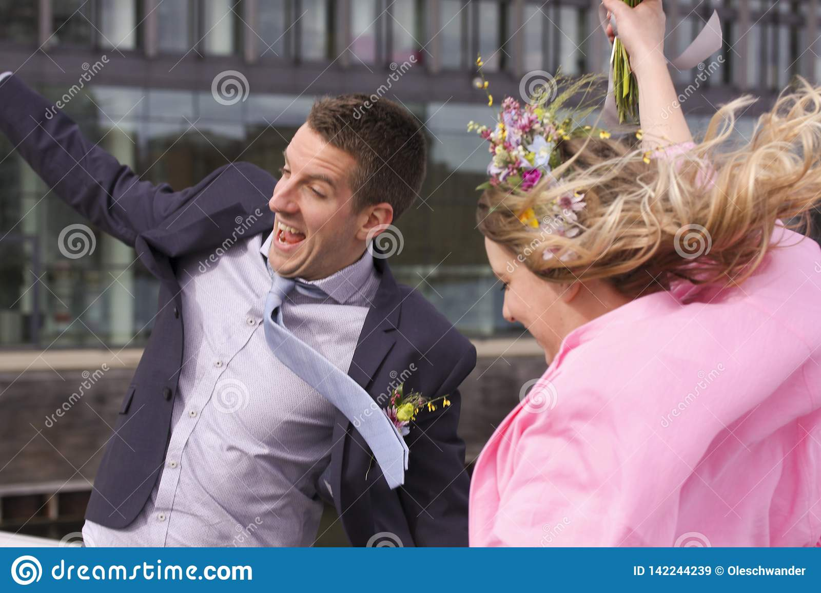 Ευτυχές ζευγάρι γαμήλιων ζευγών newlyweds ακριβώς παντρεμένο που πηδά και που χαμογελά της χαράς