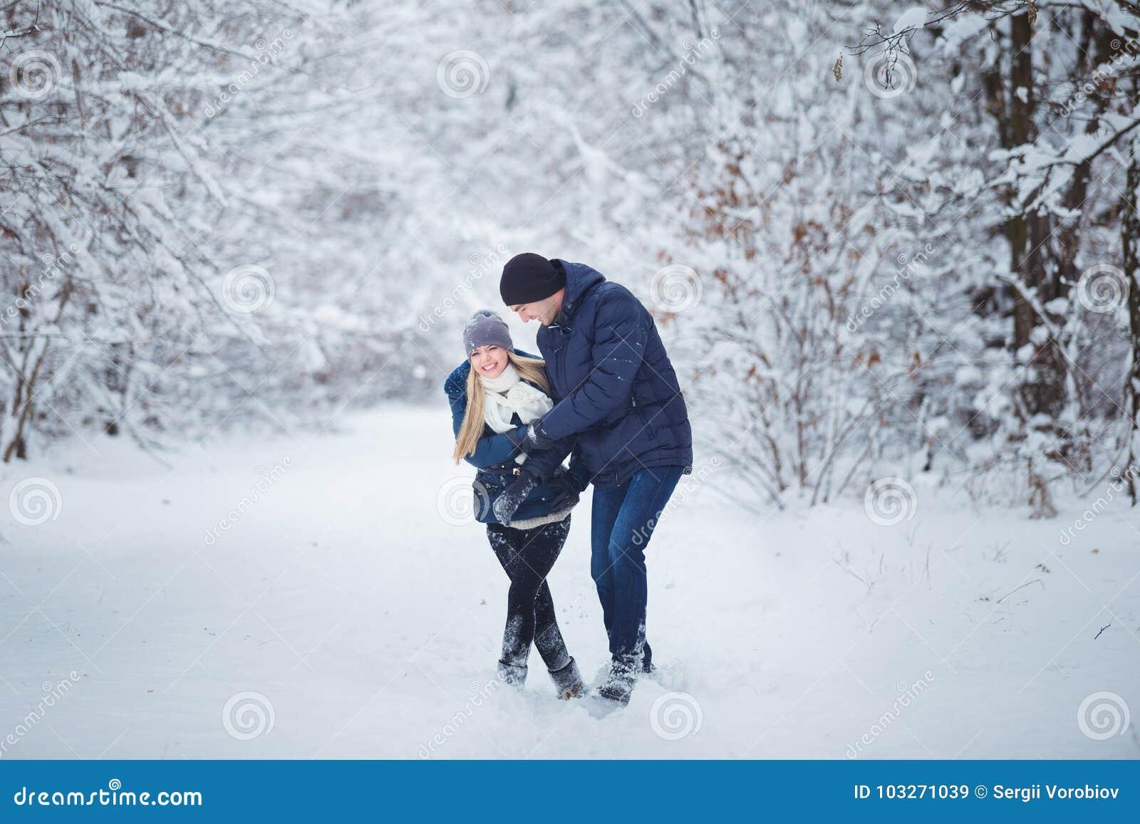 Ευτυχές ζεύγος που έχει τη διασκέδαση υπαίθρια στο πάρκο χιονιού εξωτικός γίνοντας ωκεάνιος χιονάνθρωπος άμμου παραλιών ανασκόπησ