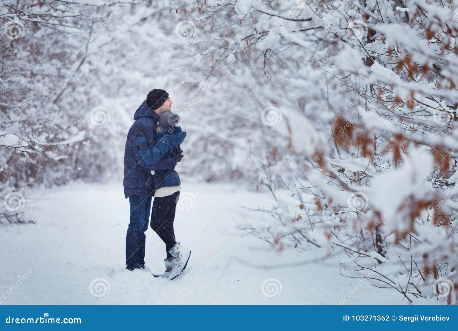 Ευτυχές ζεύγος που αγκαλιάζει υπαίθρια στο πάρκο χιονιού εξωτικός γίνοντας ωκεάνιος χιονάνθρωπος άμμου παραλιών ανασκόπησης τροπι